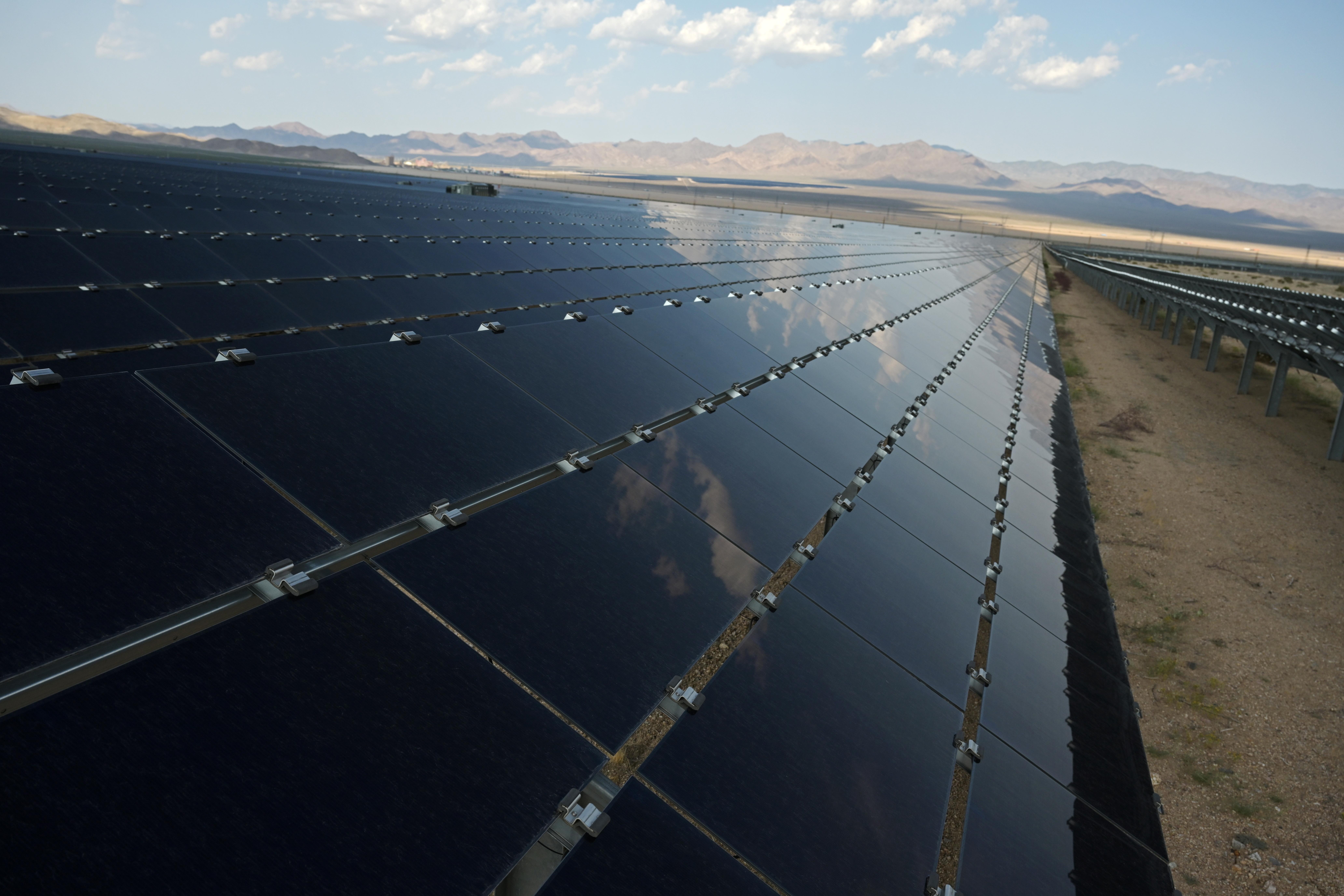 Gwelir paneli solar ym mhrosiect Desert Stateline ger Nipton, California, UD Awst 16, 2021. Llun wedi'i dynnu Awst 16, 2021. REUTERS / Bridget Bennett