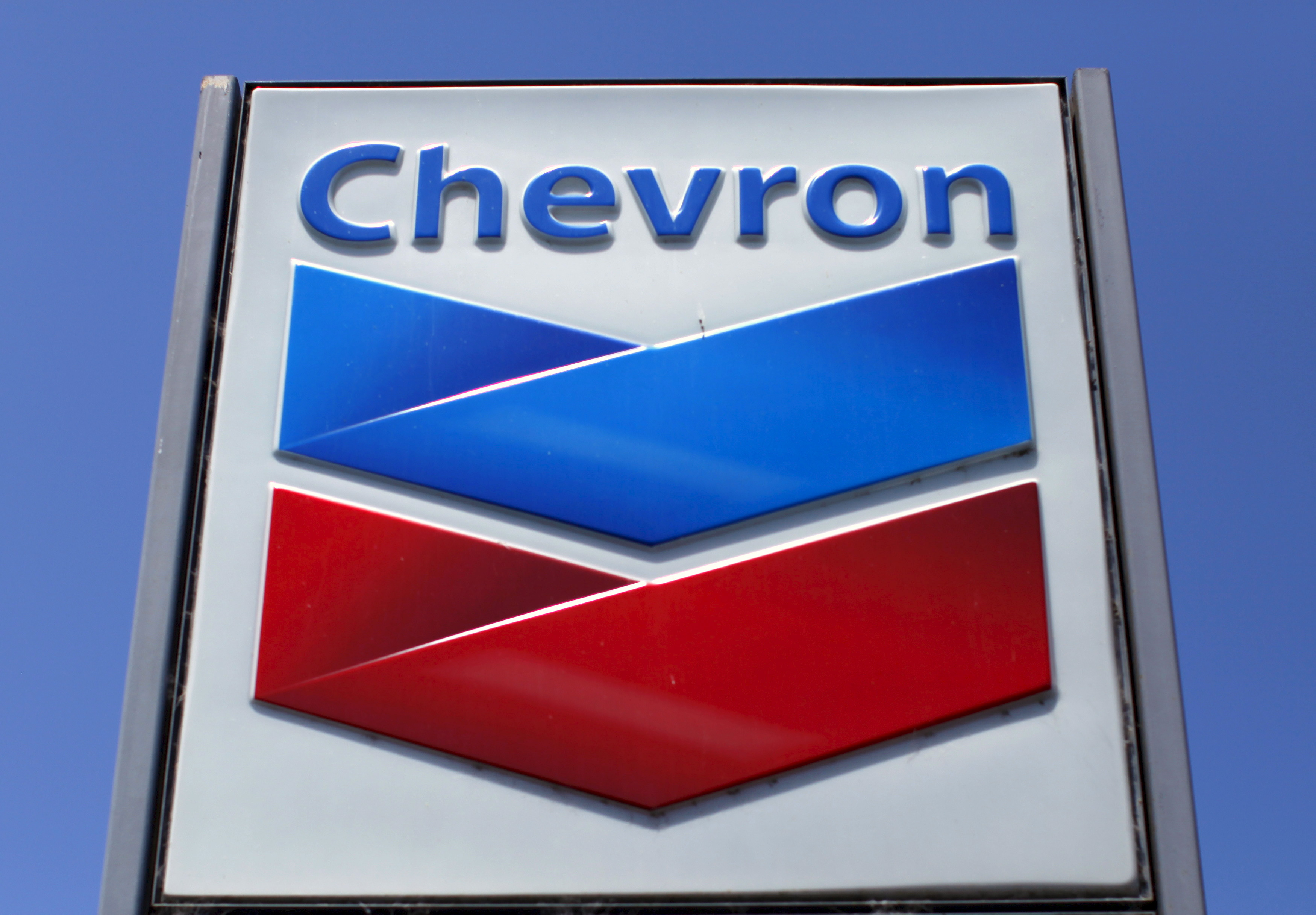 A Chevron gas station sign is seen in Del Mar, California, in this April 25, 2013 file photo. REUTERS/Mike Blake