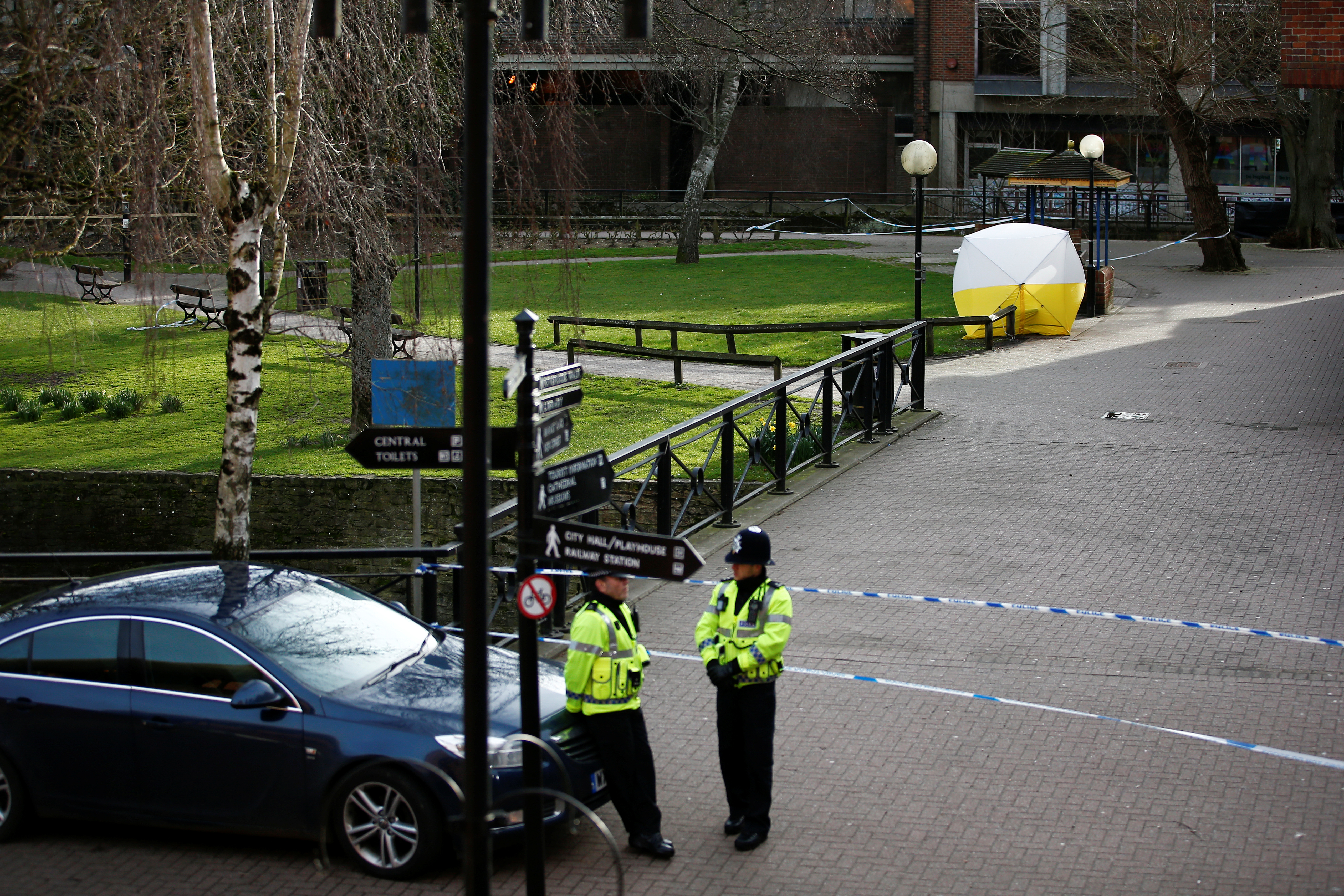 A police officer stands at a cordon around the bench where former Russian intelligence agent Sergei Skripal and his daughter Yulia were found after they were poisoned, in Salisbury, Britain March 14, 2018. REUTERS/Henry Nicholls