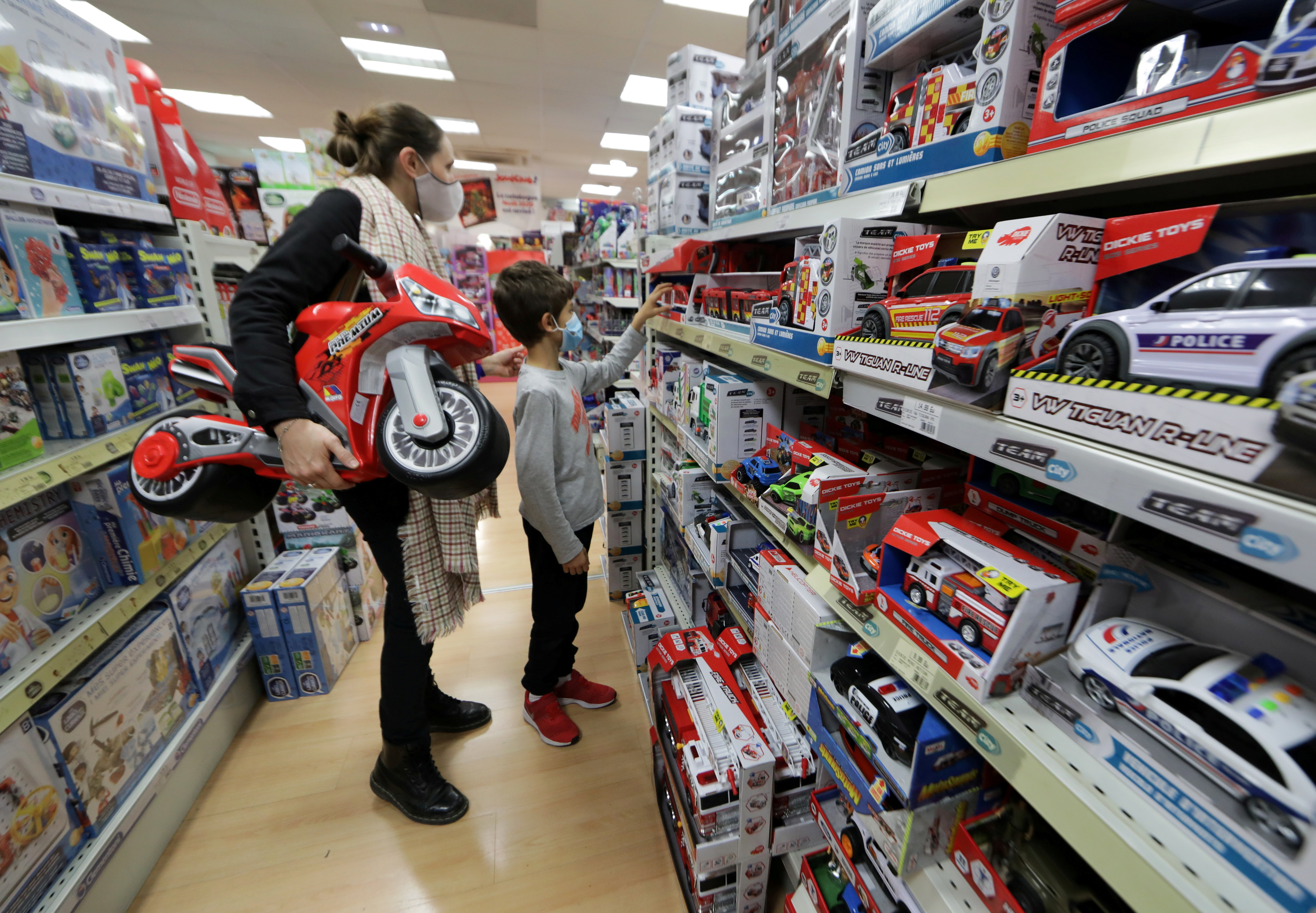 People wearing protective face masks shop in the toy store JoueClub Contesso as shops reopen doors after weeks of lockdown to combat a resurgence of the coronavirus disease (COVID-19) outbreak, in Nice, France, November 28, 2020. REUTERS/Eric Gaillard