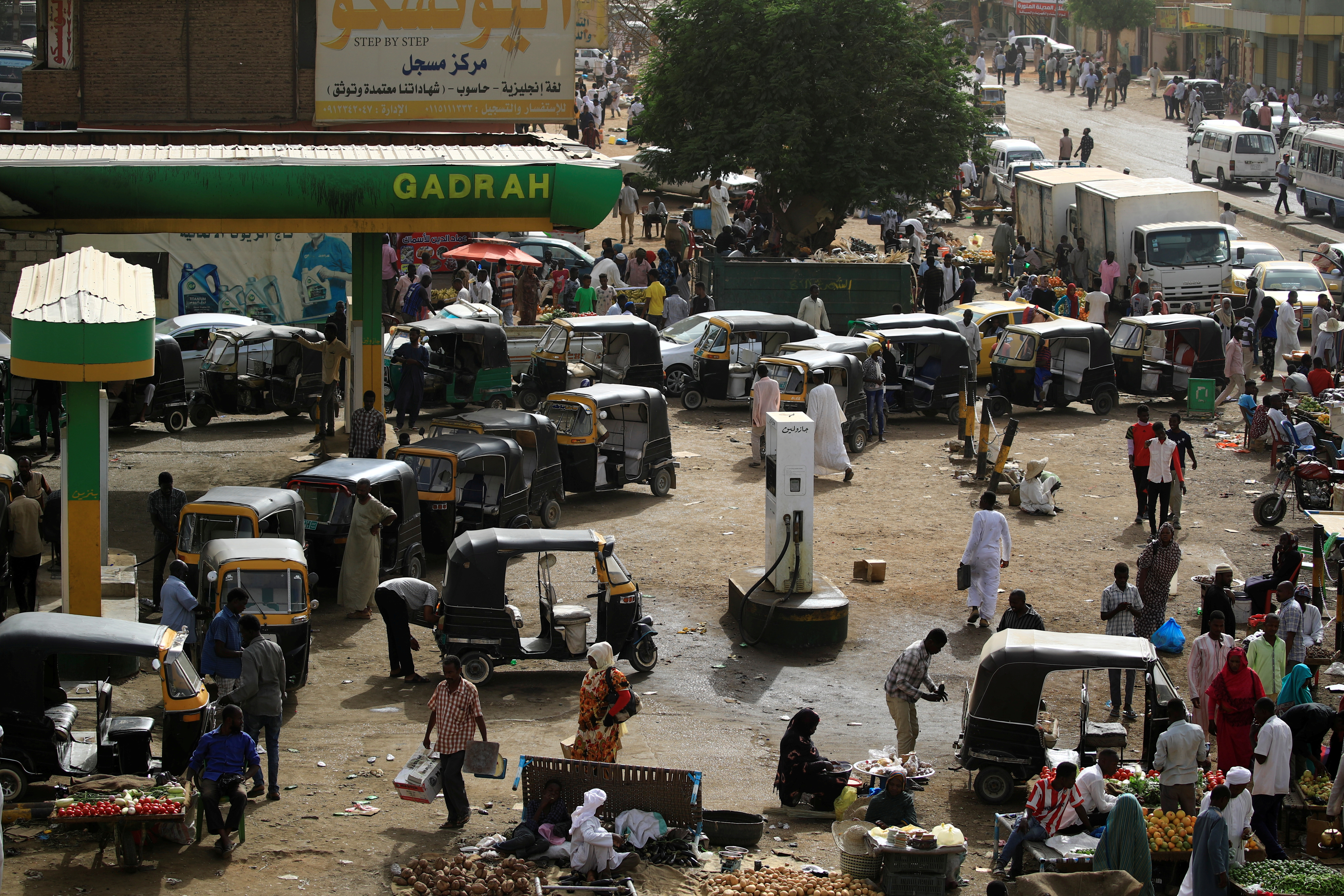 Vehicles line up for gasoline at a gas station in Khartoum, Sudan, May 4, 2019. REUTERS/Umit Bektas