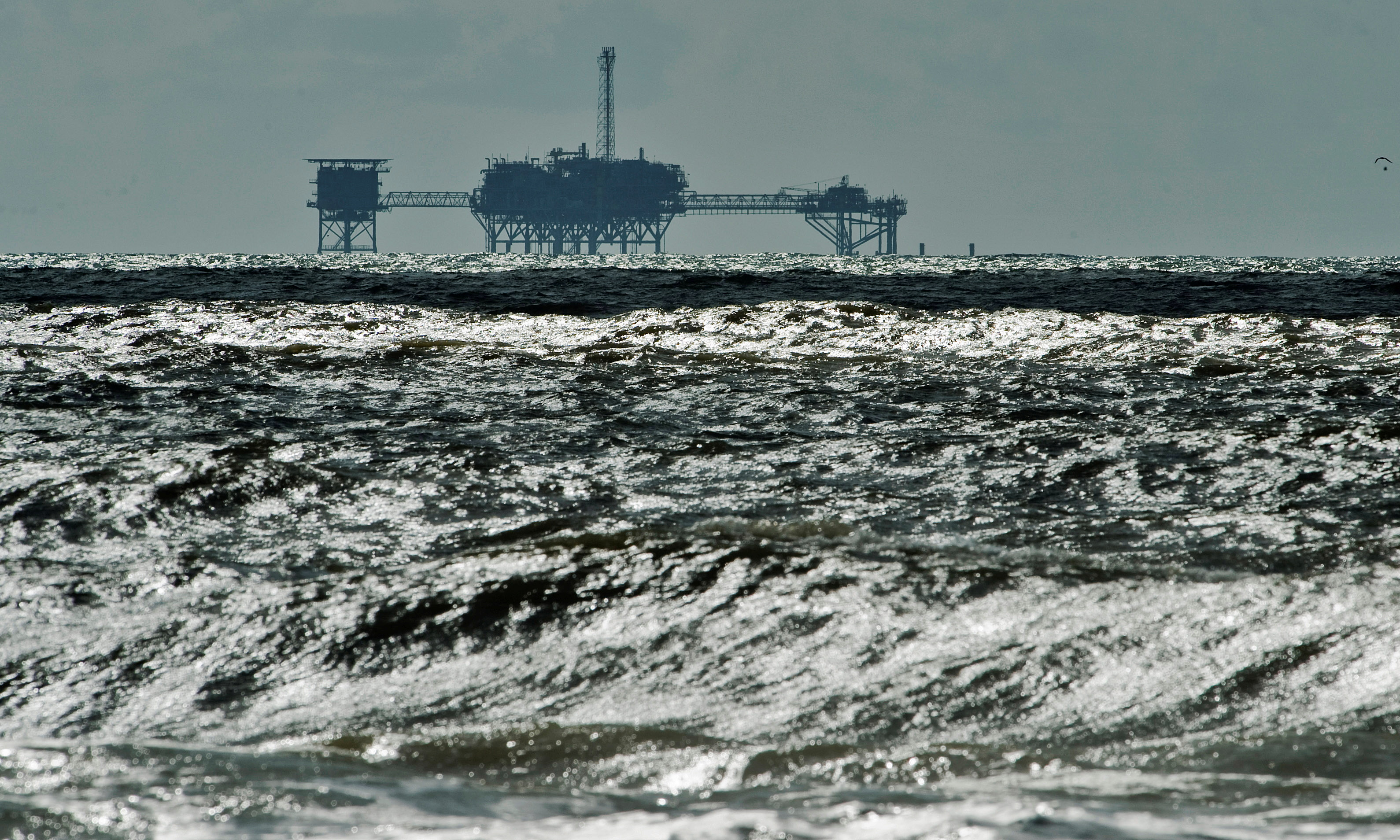 An oil and gas drilling platform stands offshore in Dauphin Island, Alabama, October 5, 2013.  REUTERS/Steve Nesius