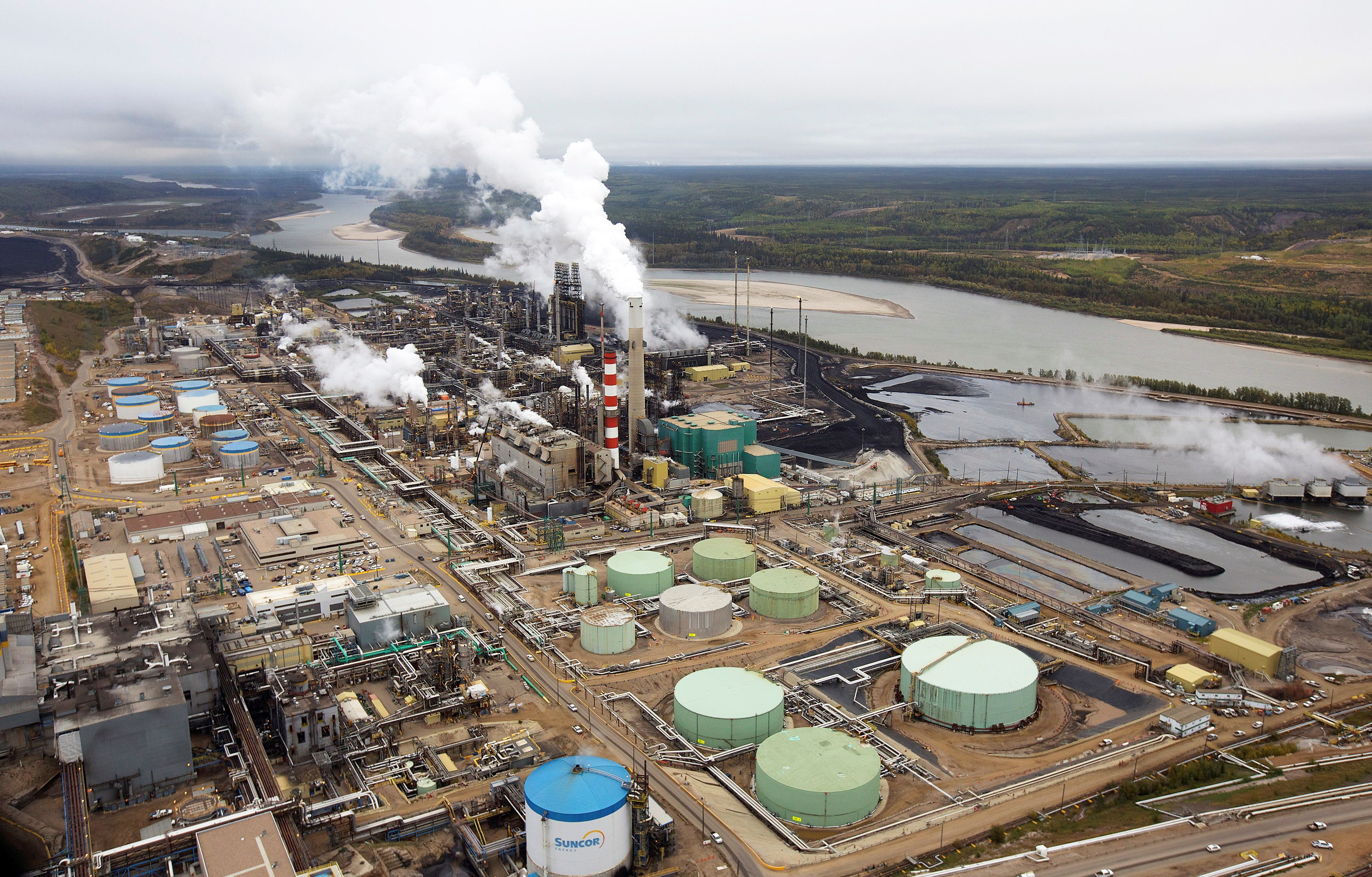 The Suncor tar sands processing plant near the Athabasca River at their mining operations near Fort McMurray, Alberta, September 17, 2014.  REUTERS/Todd Korol/File Photo