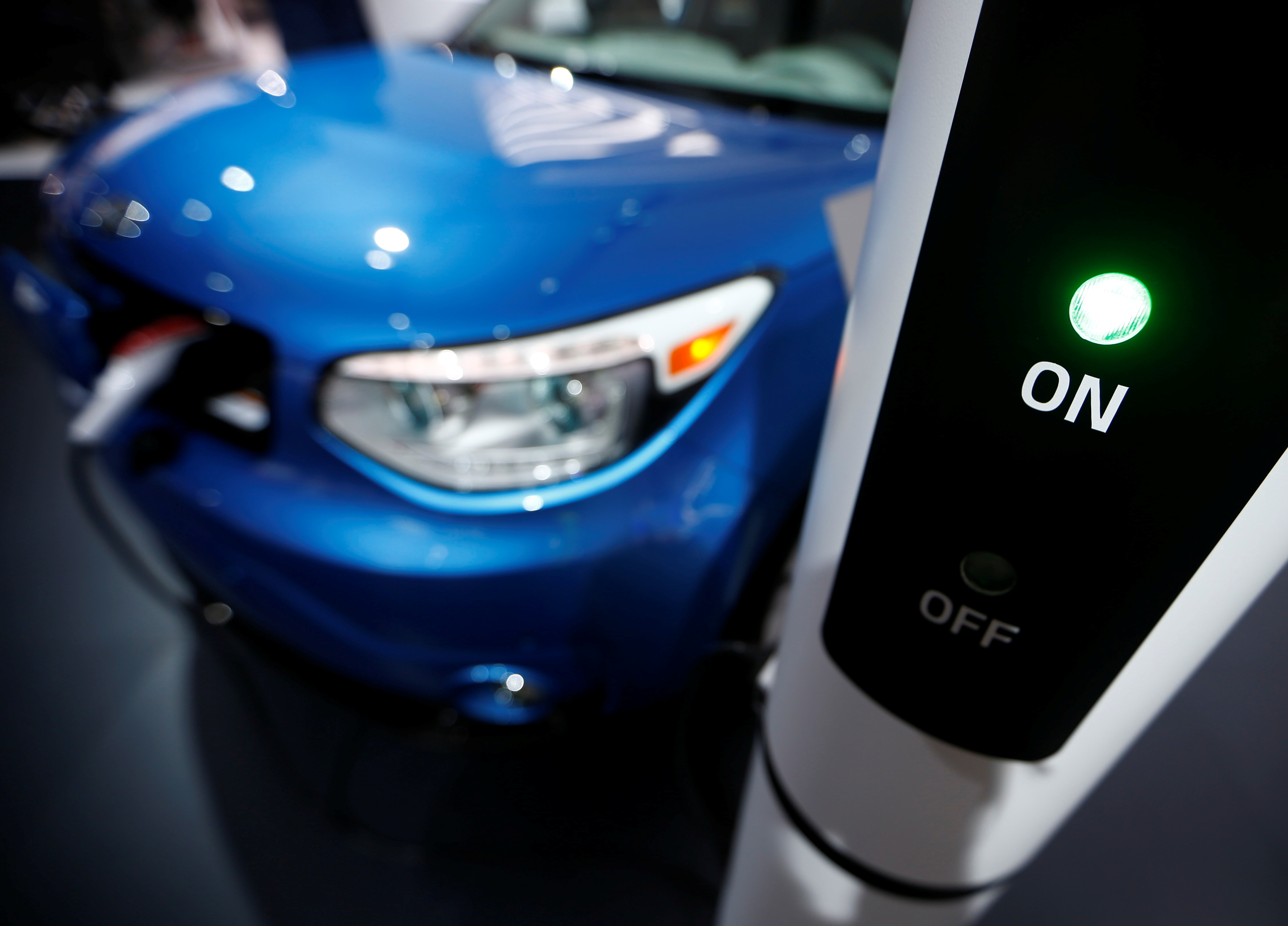 A Kia Soul EV is plugged into a charging station during the second press day of the North American International Auto Show in Detroit, Michigan, January 13, 2015. REUTERS/Mark Blinch