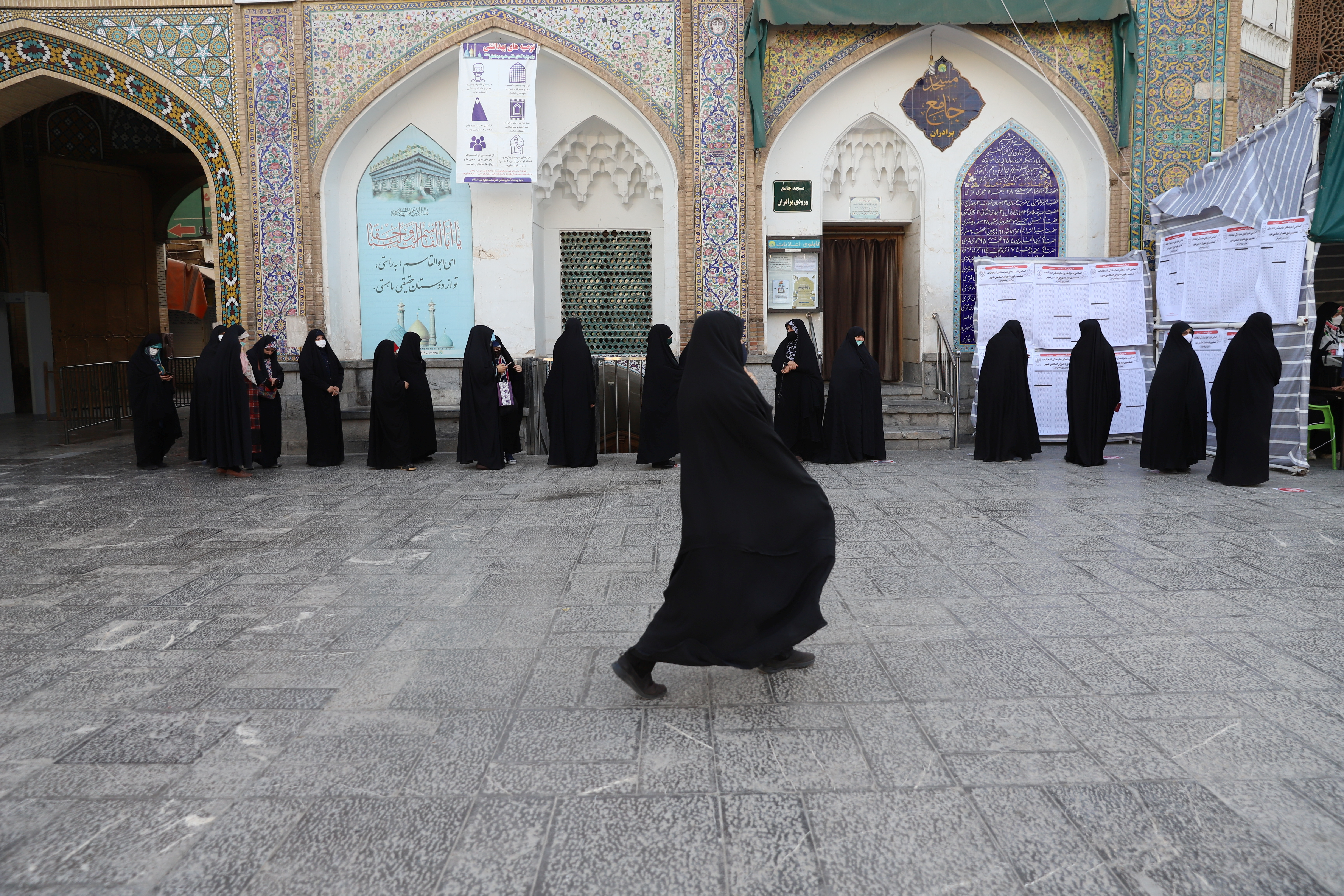 Iranians wait in line to vote at a polling station during presidential elections in Tehran, Iran June 18, 2021. Majid Asgaripour/WANA (West Asia News Agency) via REUTERS ATTENTION EDITORS - THIS IMAGE HAS BEEN SUPPLIED BY A THIRD PARTY.