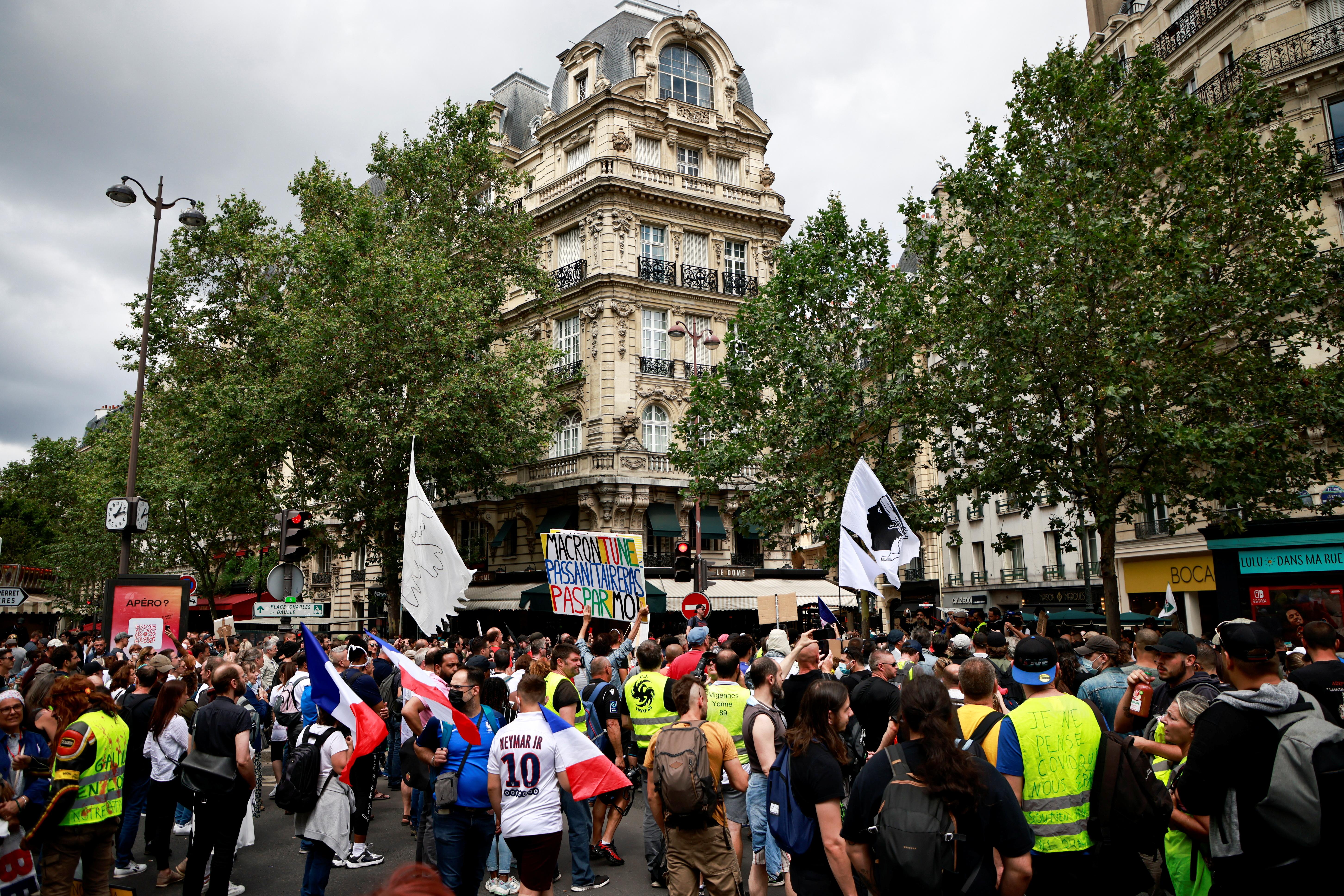 """Mae protestwyr yn mynychu gwrthdystiad a alwyd gan y mudiad """"fest felen"""" (gilets jaunes) yn erbyn cyfyngiadau Ffrainc, gan gynnwys tocyn iechyd gorfodol, i frwydro yn erbyn yr achosion o glefyd coronafirws (COVID-19), ym Mharis, Ffrainc, Gorffennaf 31, 2021. REUTERS / Sarah Meyssonnier"""