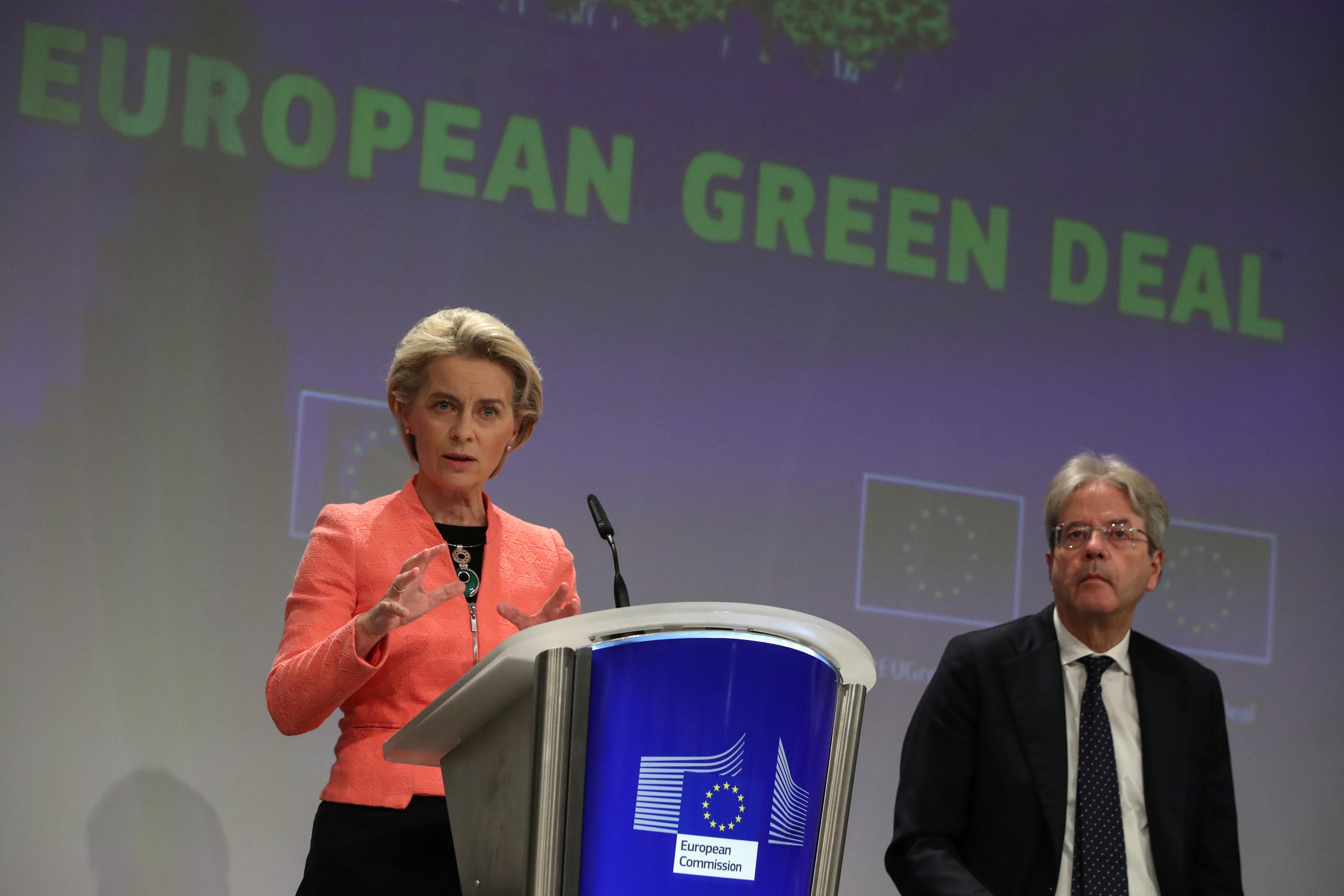 Eiropas Komisijas priekšsēdētāja Ursula fon der Lejena iepazīstina ar ES jaunajiem klimata politikas priekšlikumiem, kad ES komisārs Paolo Džentiloni sēž blakus viņai, Briselē, Beļģijā, 14. gada 2021. jūlijā. REUTERS / Īvs Hermans