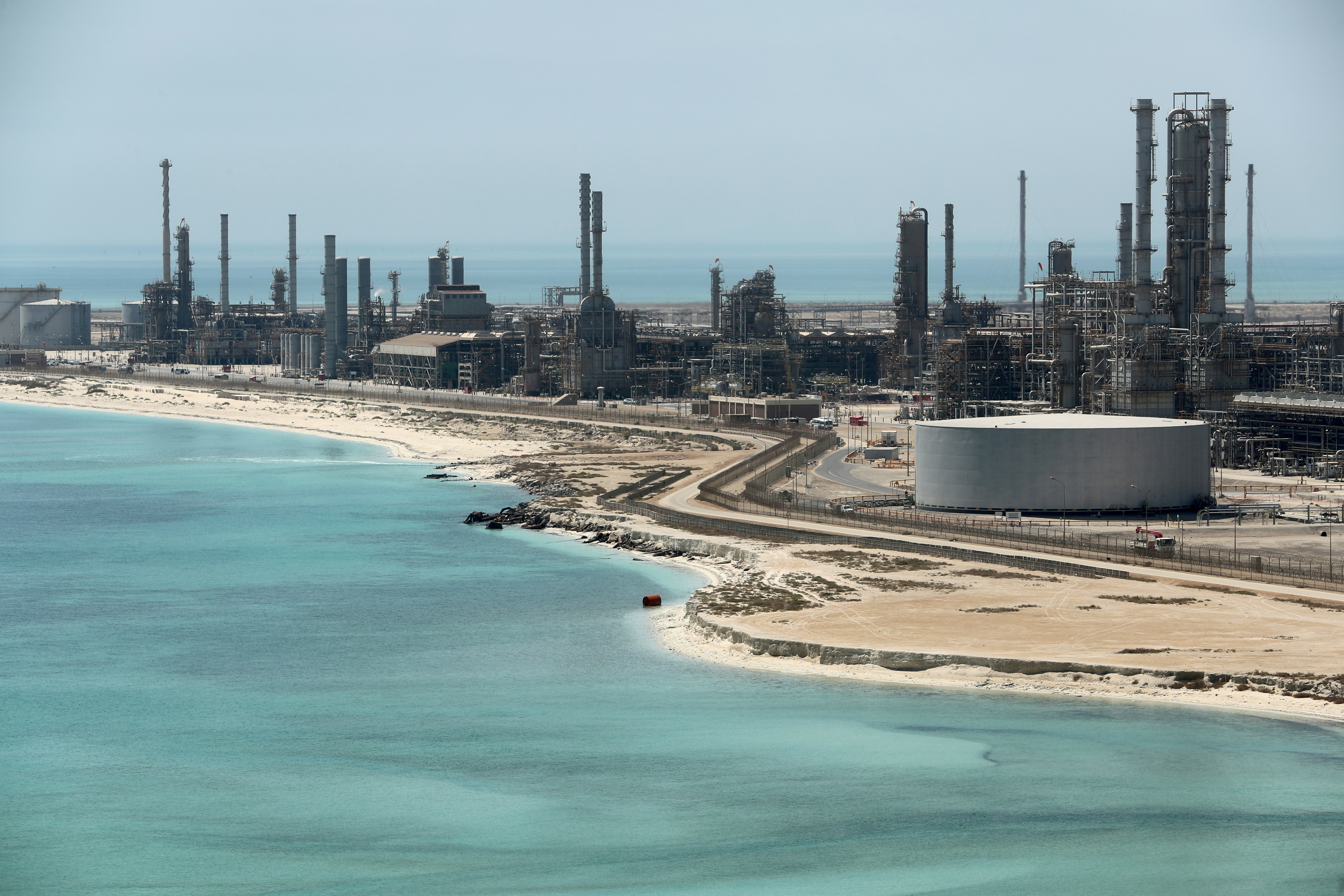 General view of Saudi Aramco's Ras Tanura oil refinery and oil terminal in Saudi Arabia May 21, 2018.  REUTERS/Ahmed Jadallah/File Photo