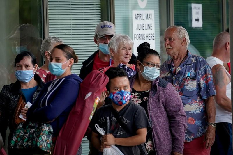 人们排队在肯塔基州职业中心外面,希望能在2020年6月18日在美国肯塔基州法兰克福市寻求失业救济的援助。路透社/布莱恩·伍尔斯顿/文件照片/文件照片/文件照片 - 1