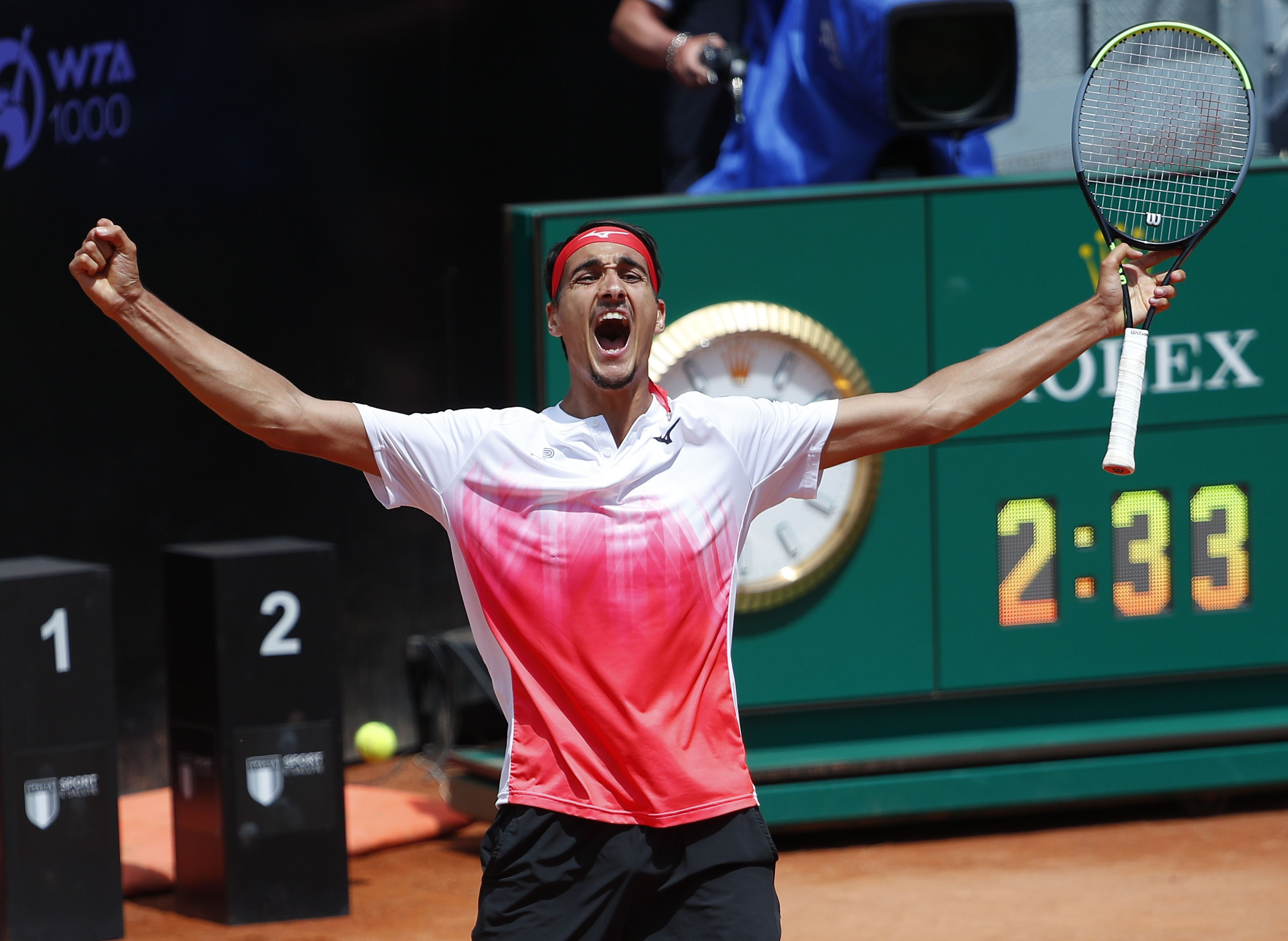 Tennis - ATP Masters 1000 - Italian Open - Foro Italico, Rome, Italy - May 15, 2021 Italy's Lorenzo Sonego celebrates winning his quarter final match against Russia's Andrey Rublev REUTERS/Guglielmo Mangiapane