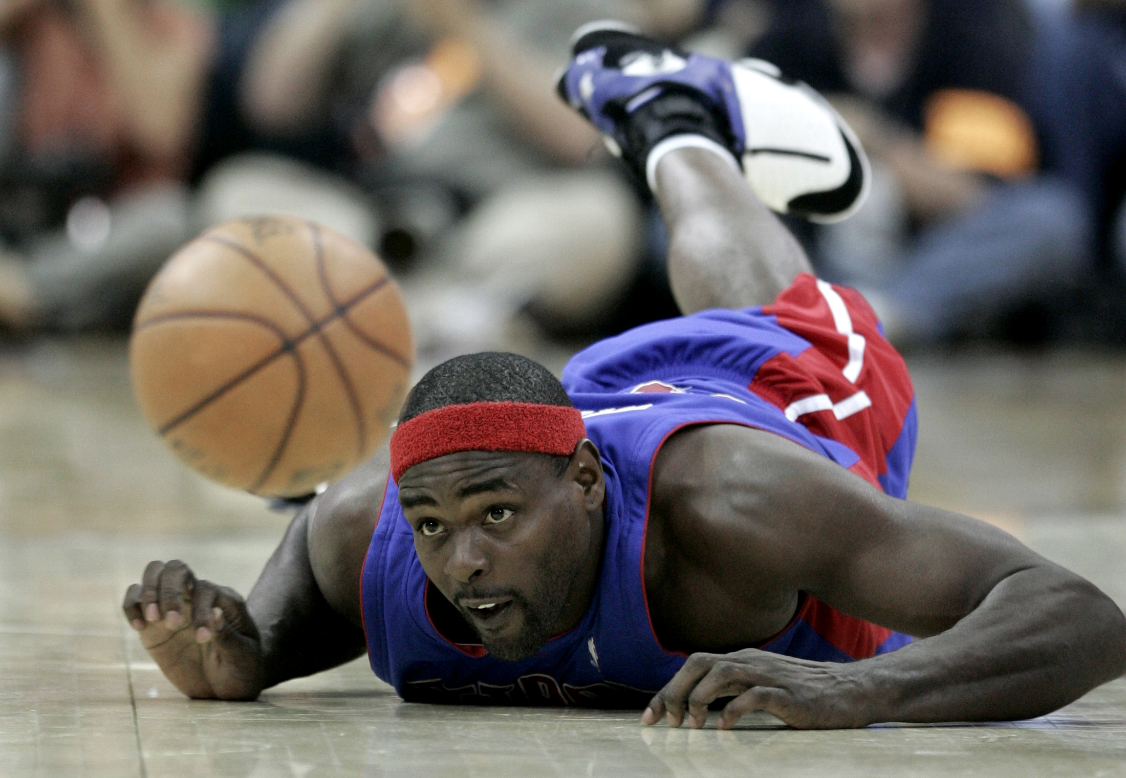 Detroit Pistons' Chris Webber dives for a loose ball during play against the Cleveland Cavaliers in Game 4 of the NBA's Eastern Conference basketball series in Cleveland, Ohio, May 29, 2007. REUTERS/Aaron Josefczyk