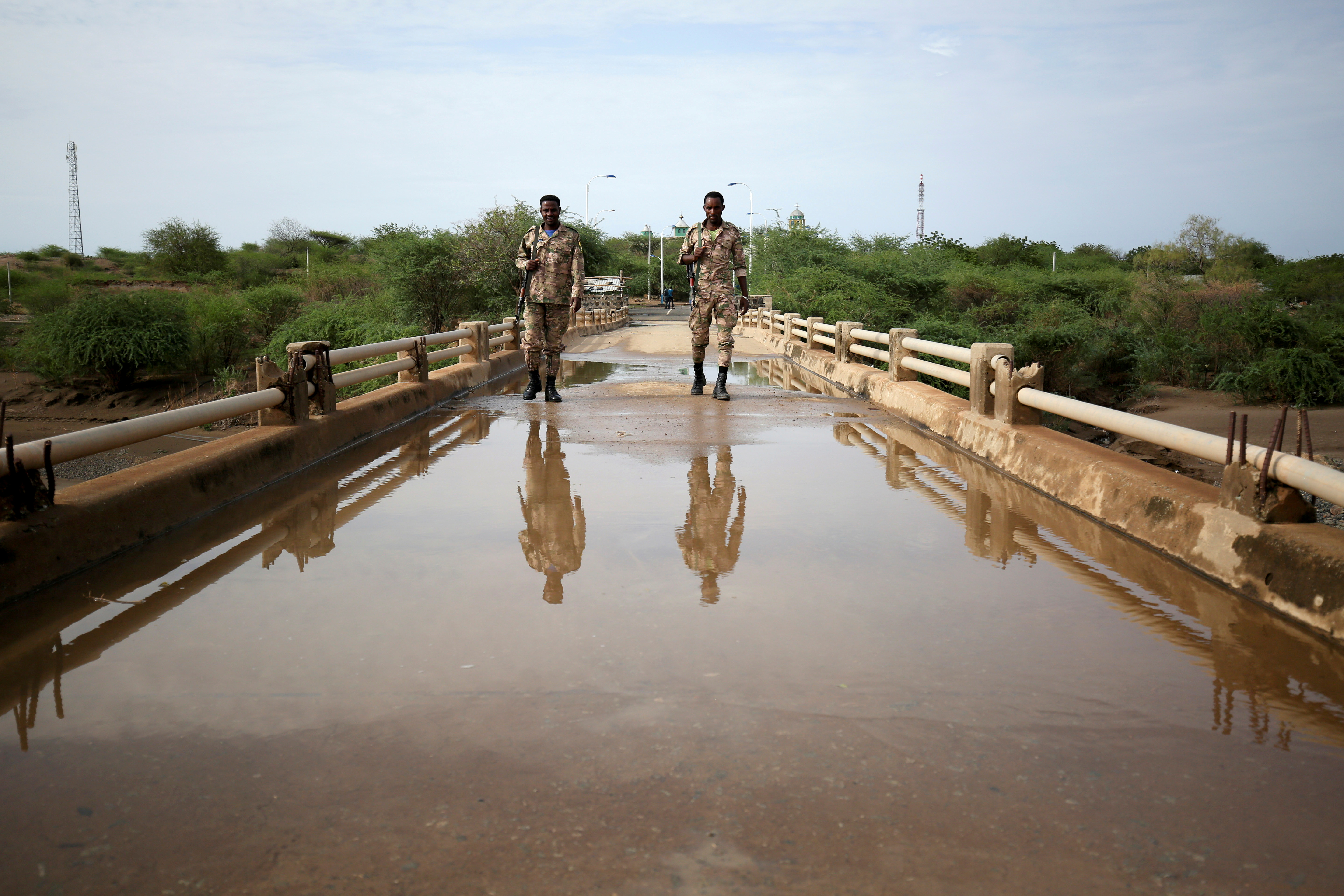 Members of Amhara special forces stand guard on the Tekeze river bridge near Ethiopia-Eritrean border near the town of Humera, Ethiopia July 1, 2021. REUTERS/Stringer/File Photo