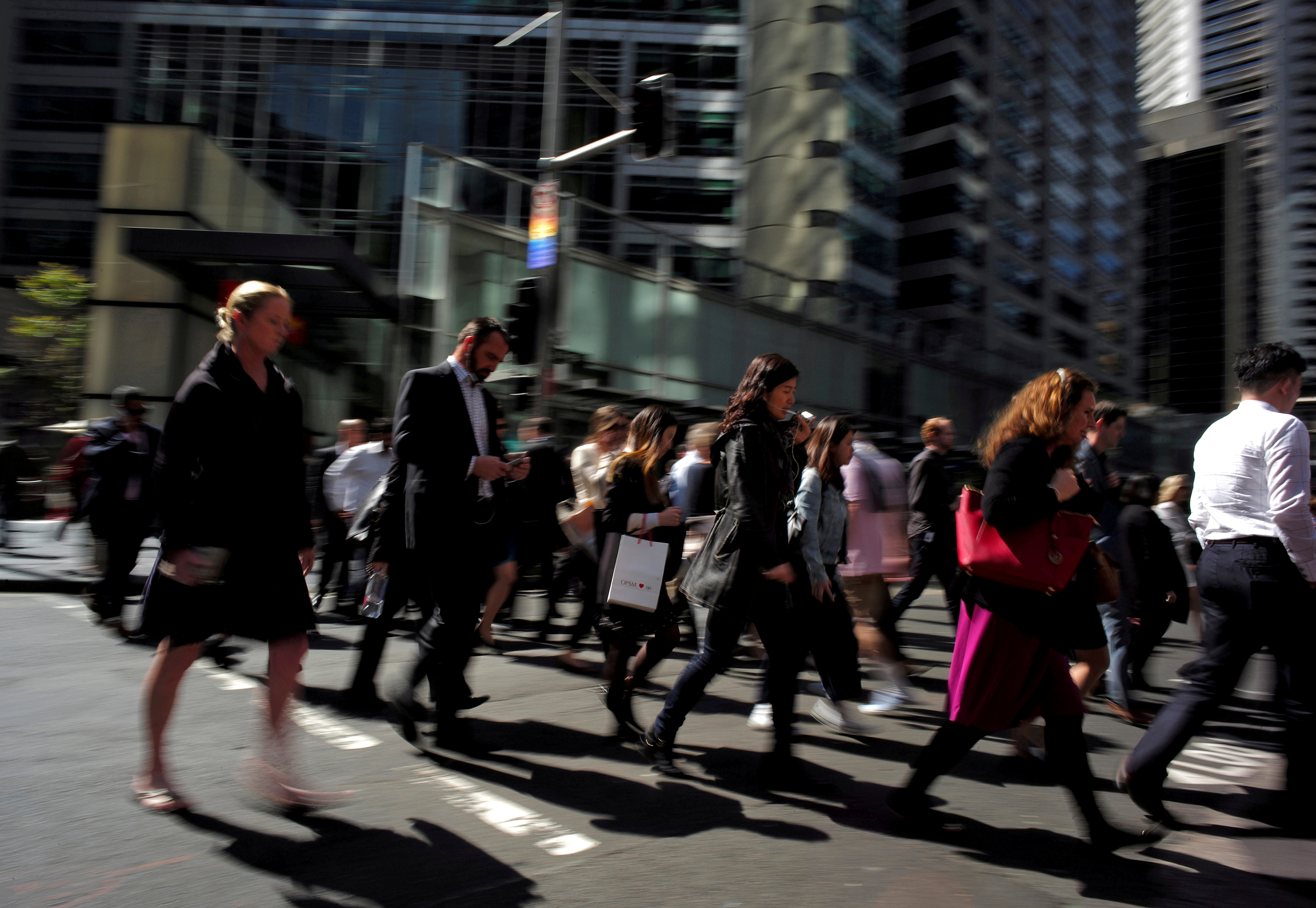 Office workers and shoppers walk through Sydney's central business district in Australia, September 7, 2016.   REUTERS/Jason Reed/File Photo
