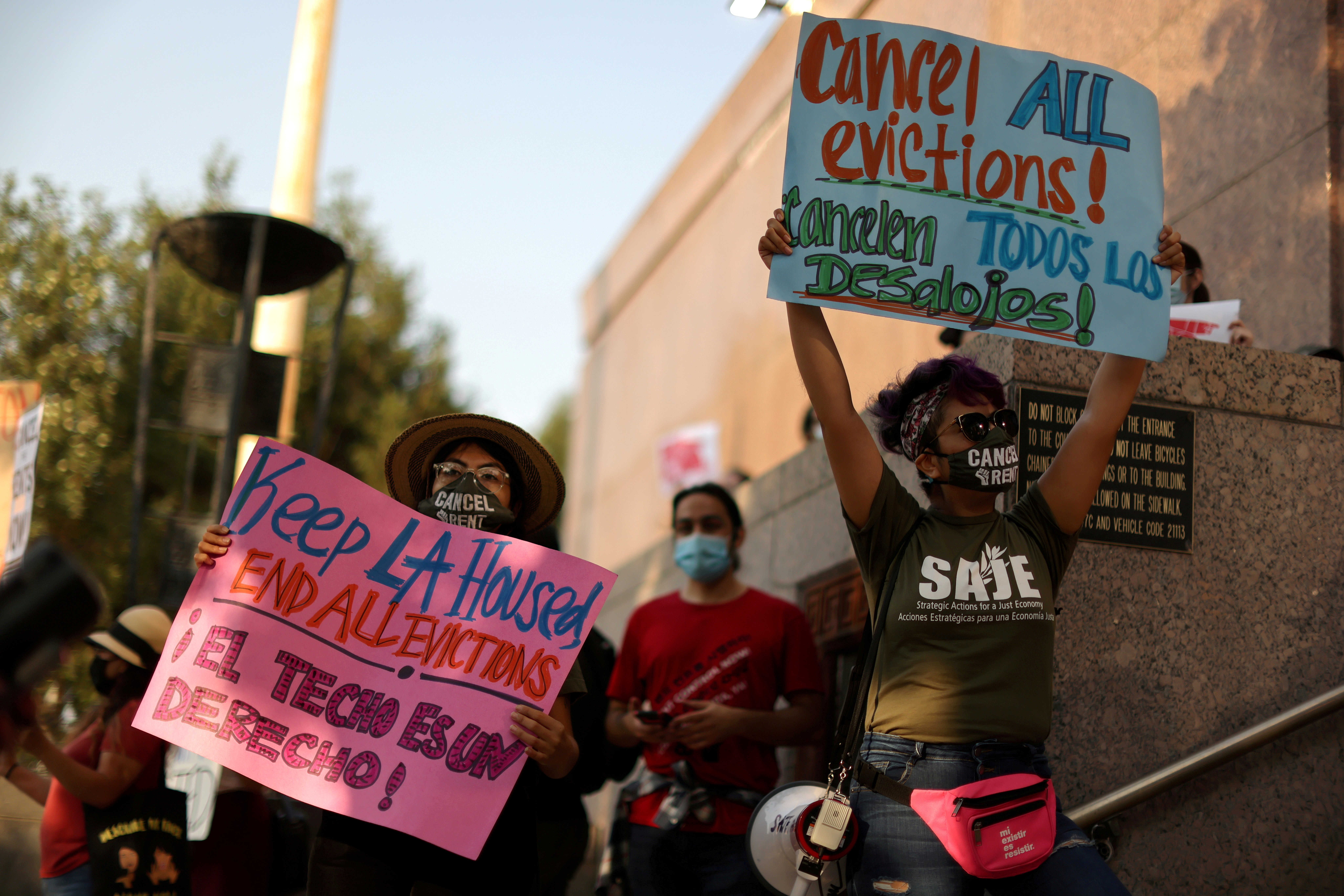 Protesters surround the LA Superior Court to prevent an upcoming wave of evictions and call on Governor Gavin Newsom to pass an eviction moratorium, amid the global outbreak of coronavirus disease (COVID-19), in Los Angeles, California, U.S., August 21, 2020.  REUTERS/Lucy Nicholson/File Photo