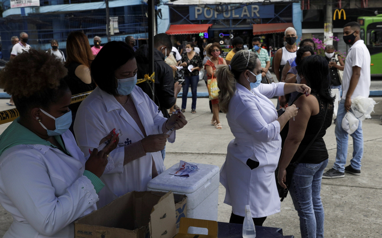 A citizen receives a dose of the AstraZeneca coronavirus disease (COVID-19) vaccine, during a vaccination day for 57-year-old and older citizens, in Duque de Caxias near Rio de Janeiro, Brazil April 21, 2021. REUTERS/Ricardo Moraes/File Photo