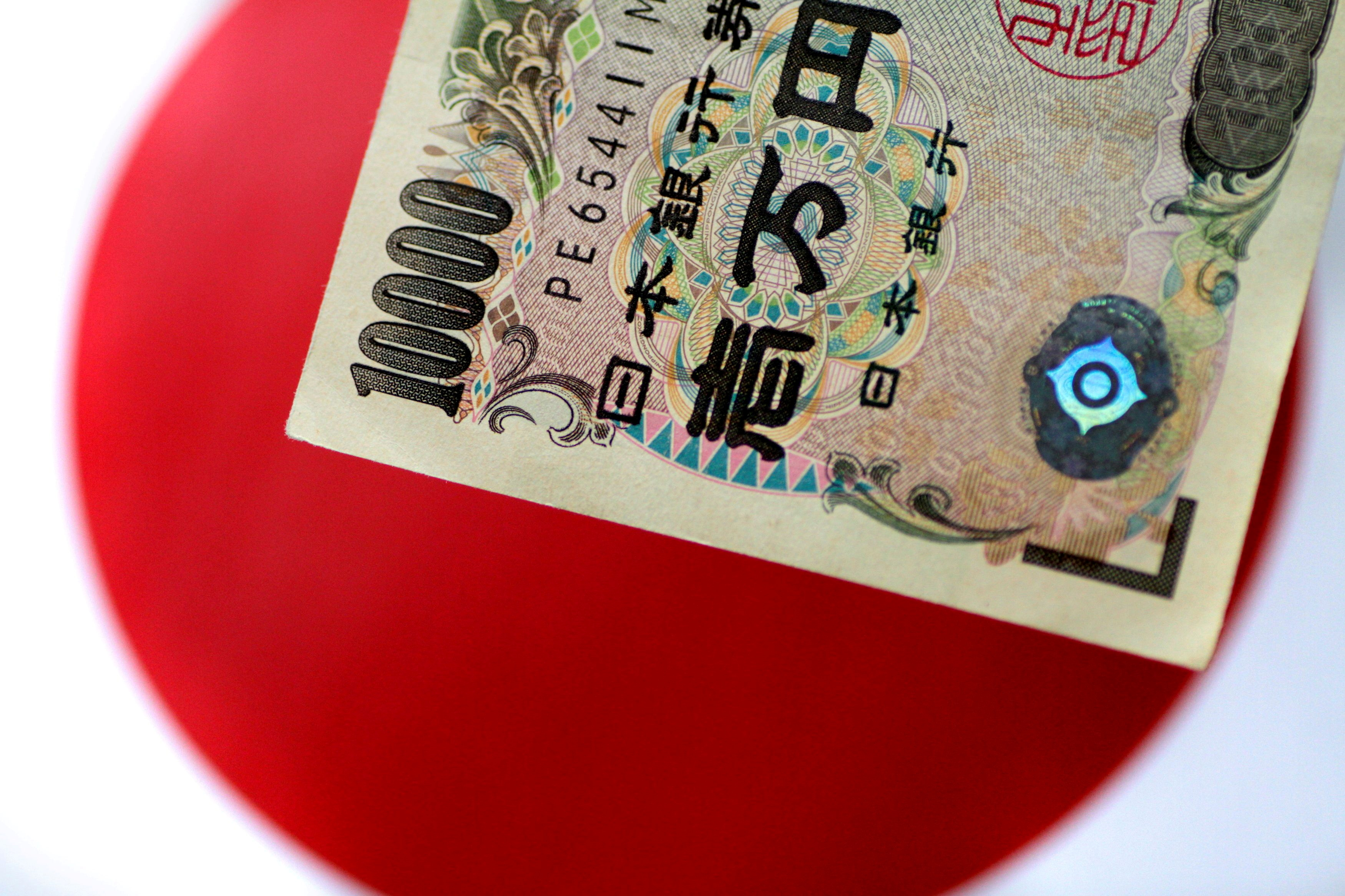 A Japan yen note is seen in this illustration photo taken June 1, 2017. REUTERS/Thomas White/Illustration