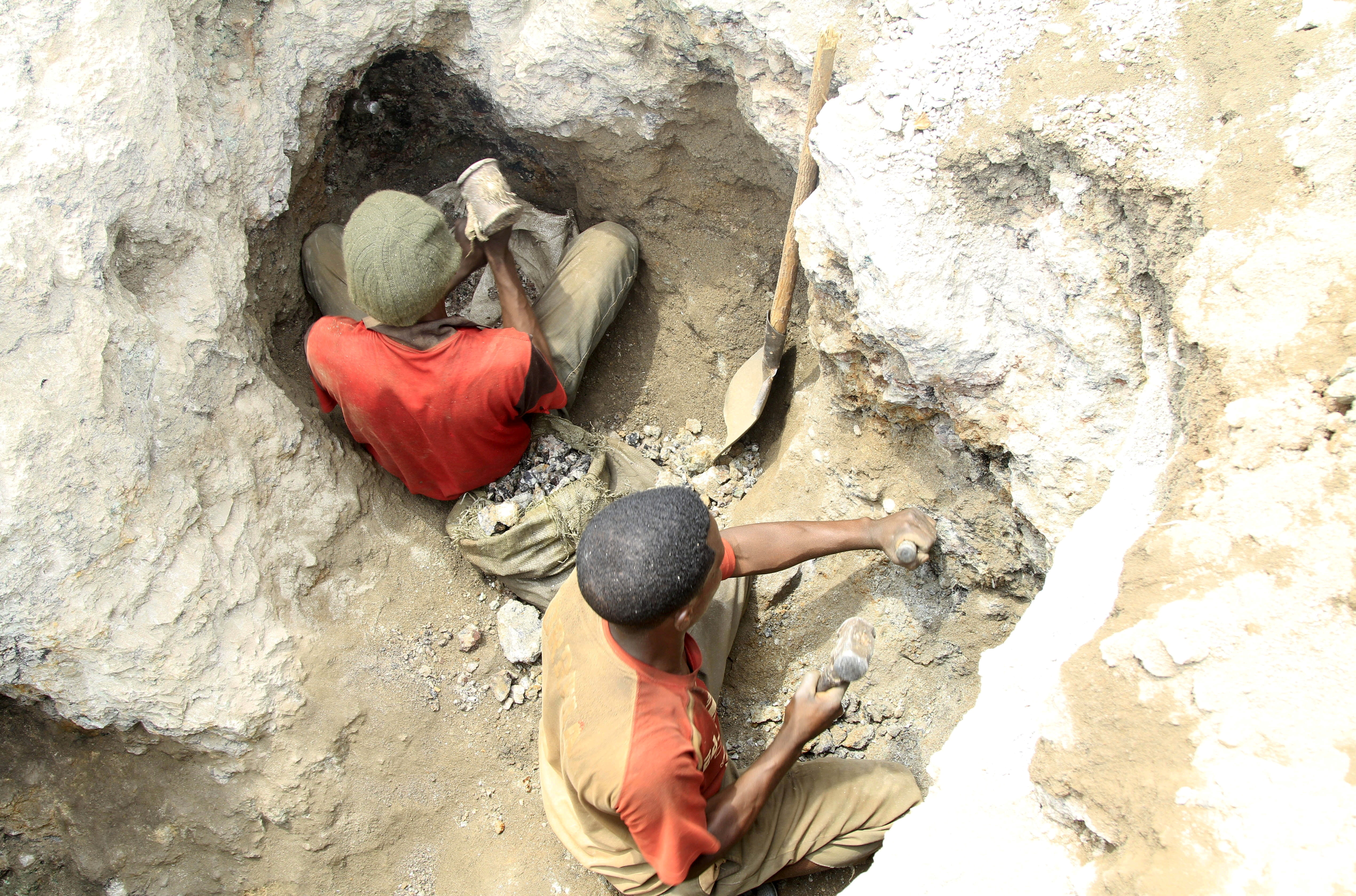 Artisanal miners work at a cobalt mine-pit in Tulwizembe, Katanga province, Democratic Republic of Congo, November 25, 2015. Picture taken November 25, 2015. REUTERS/Kenny Katombe//File Photo