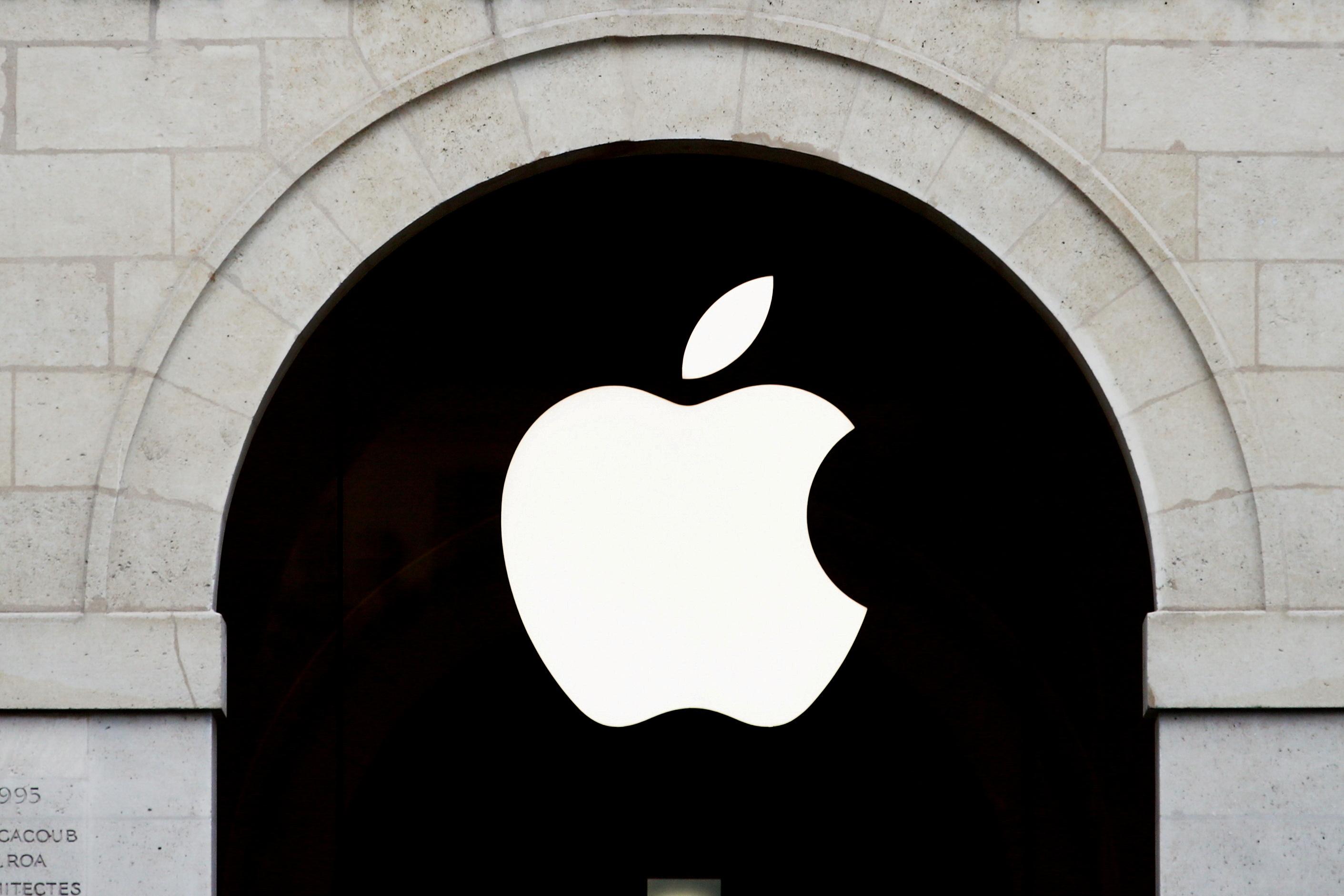 El logotipo de Apple se ve en la tienda de Apple en The Marche Saint Germain en París, Francia, el 15 de julio de 2020. REUTERS / Gonzalo Fuentes