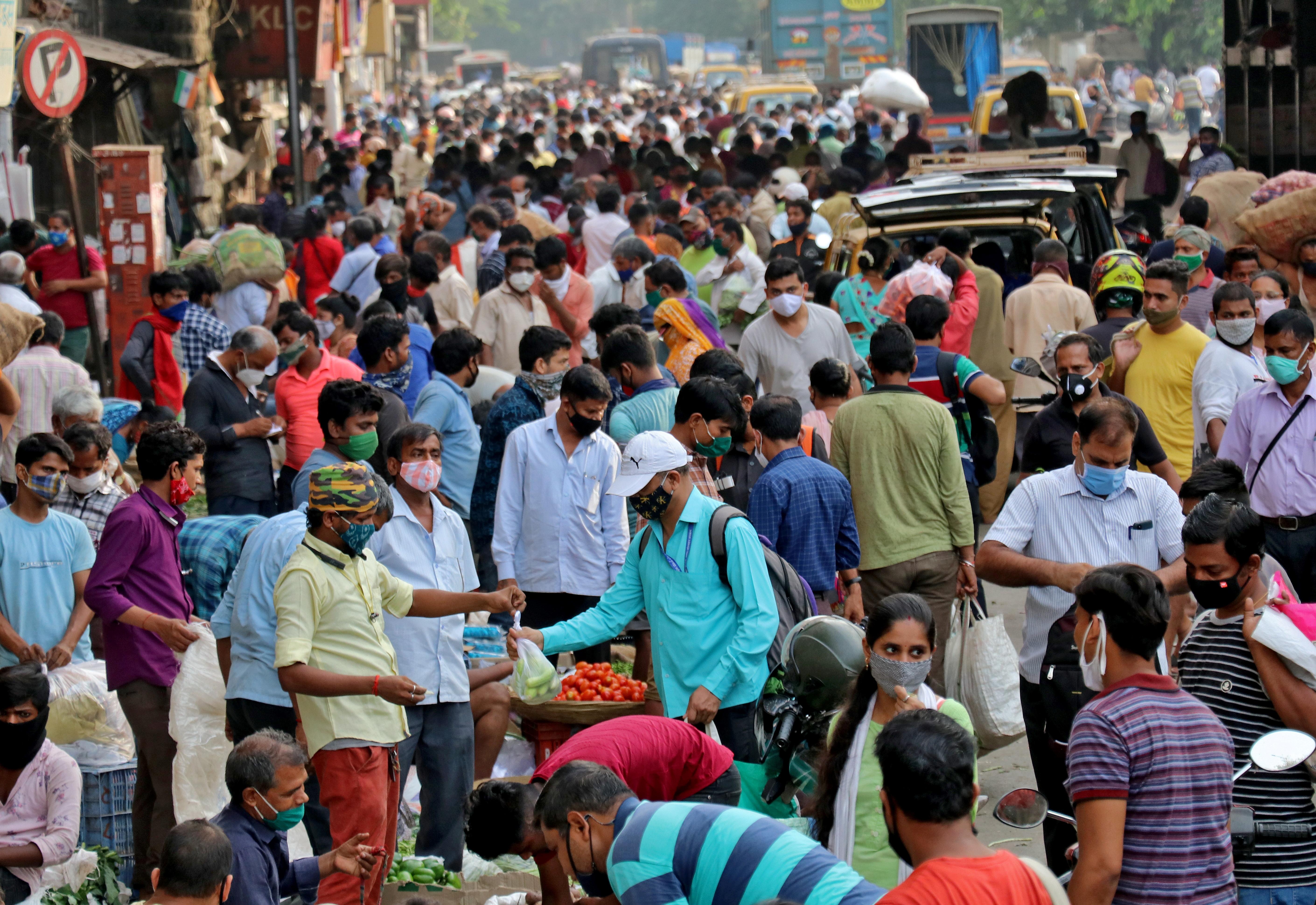 People shop at a crowded marketplace amidst the spread of the coronavirus disease (COVID-19) in Mumbai, India, April 21, 2021. REUTERS/Niharika Kulkarni