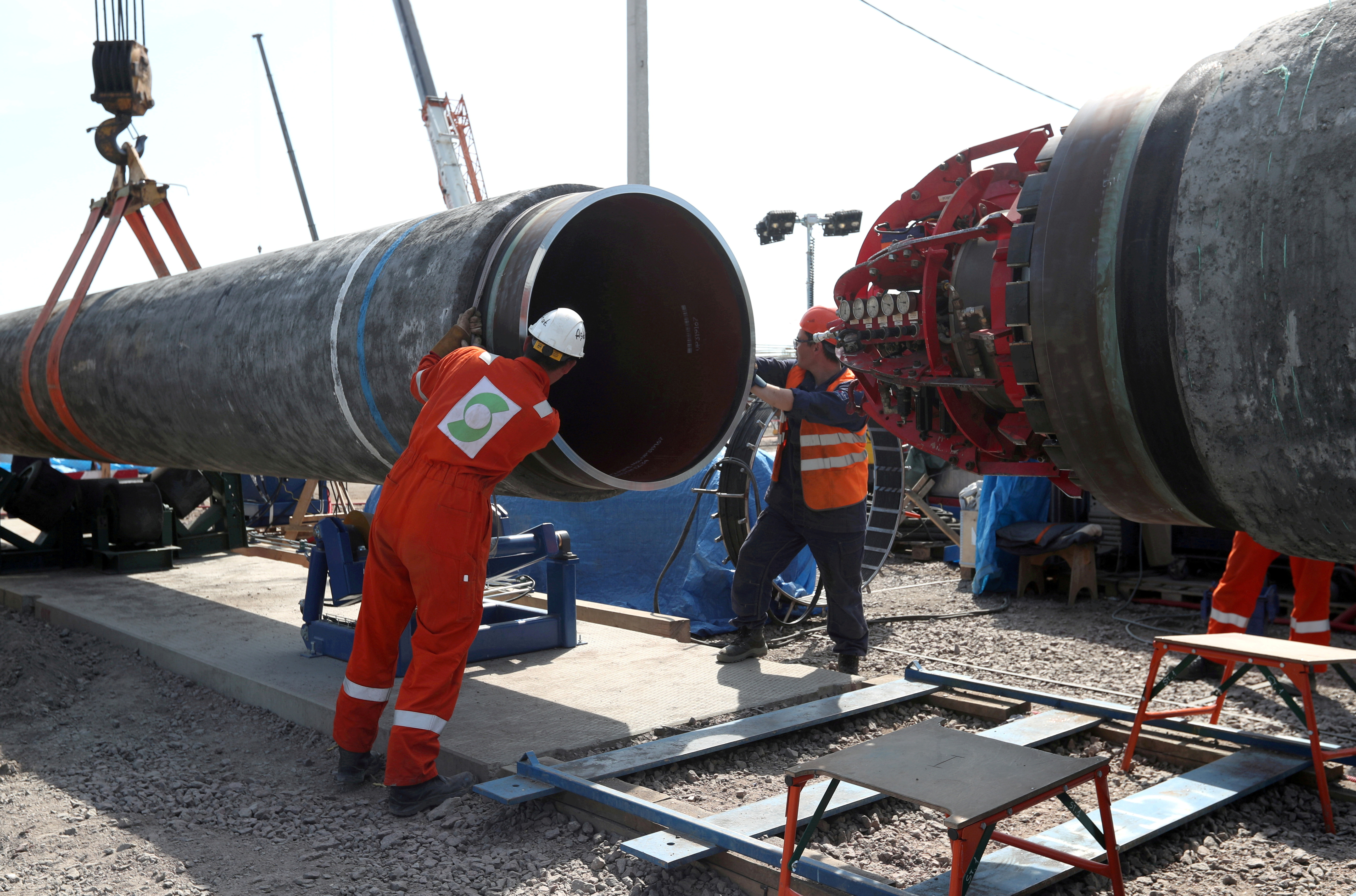 Ang mga manggagawa ay nakikita sa lugar ng konstruksyon ng Nord Stream 2 gas pipeline, malapit sa bayan ng Kingisepp, rehiyon ng Leningrad, Russia, Hunyo 5, 2019. REUTERS / Anton Vaganov / File Photo