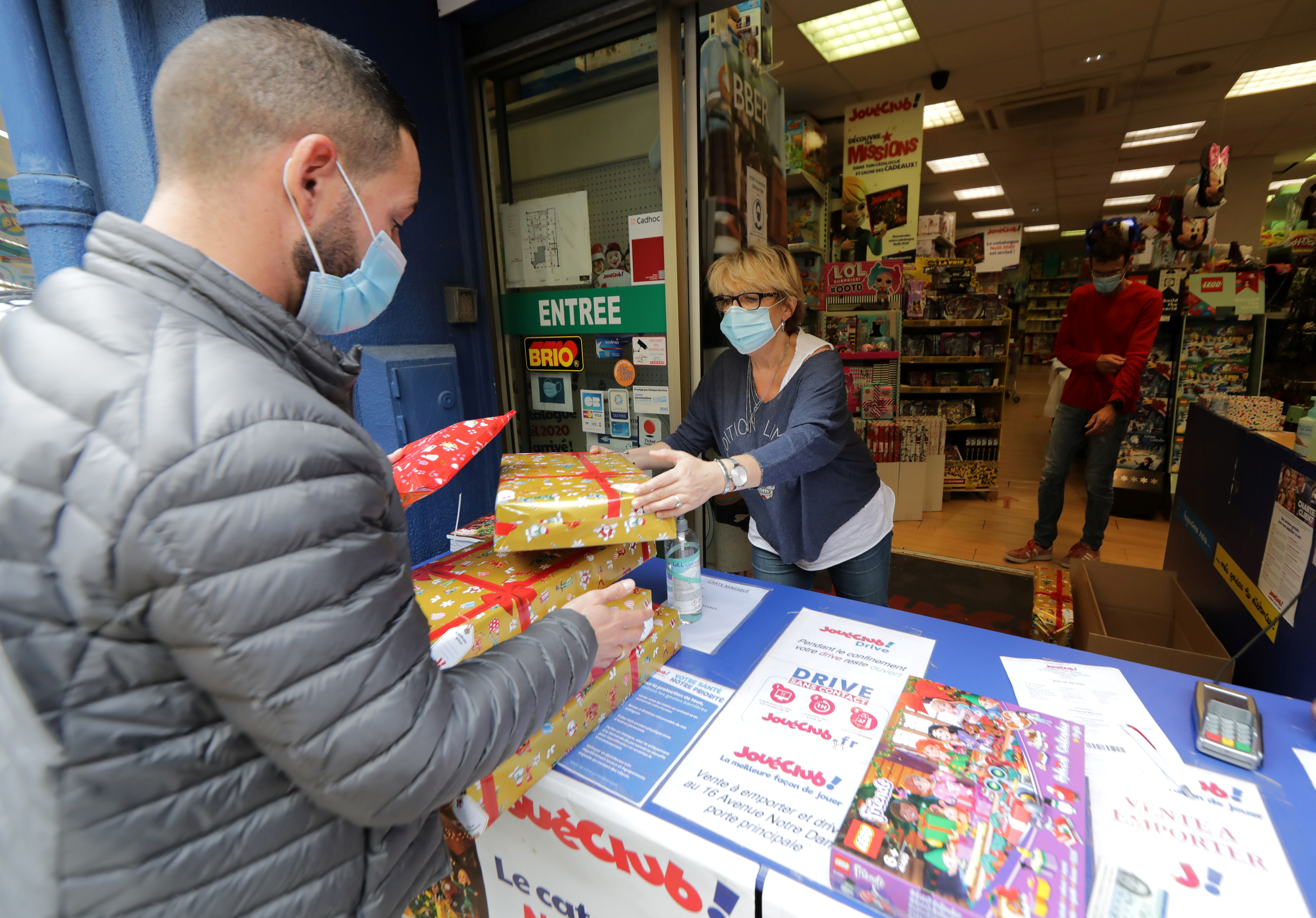 A man picks up his order for Christmas at the 'click and collect' service of the toy shop JoueClub Contesso in Nice as all non-essential stores are closed in France to combat a resurgence of the coronavirus disease (COVID-19) outbreak, France, November 9, 2020.   REUTERS/Eric Gaillard
