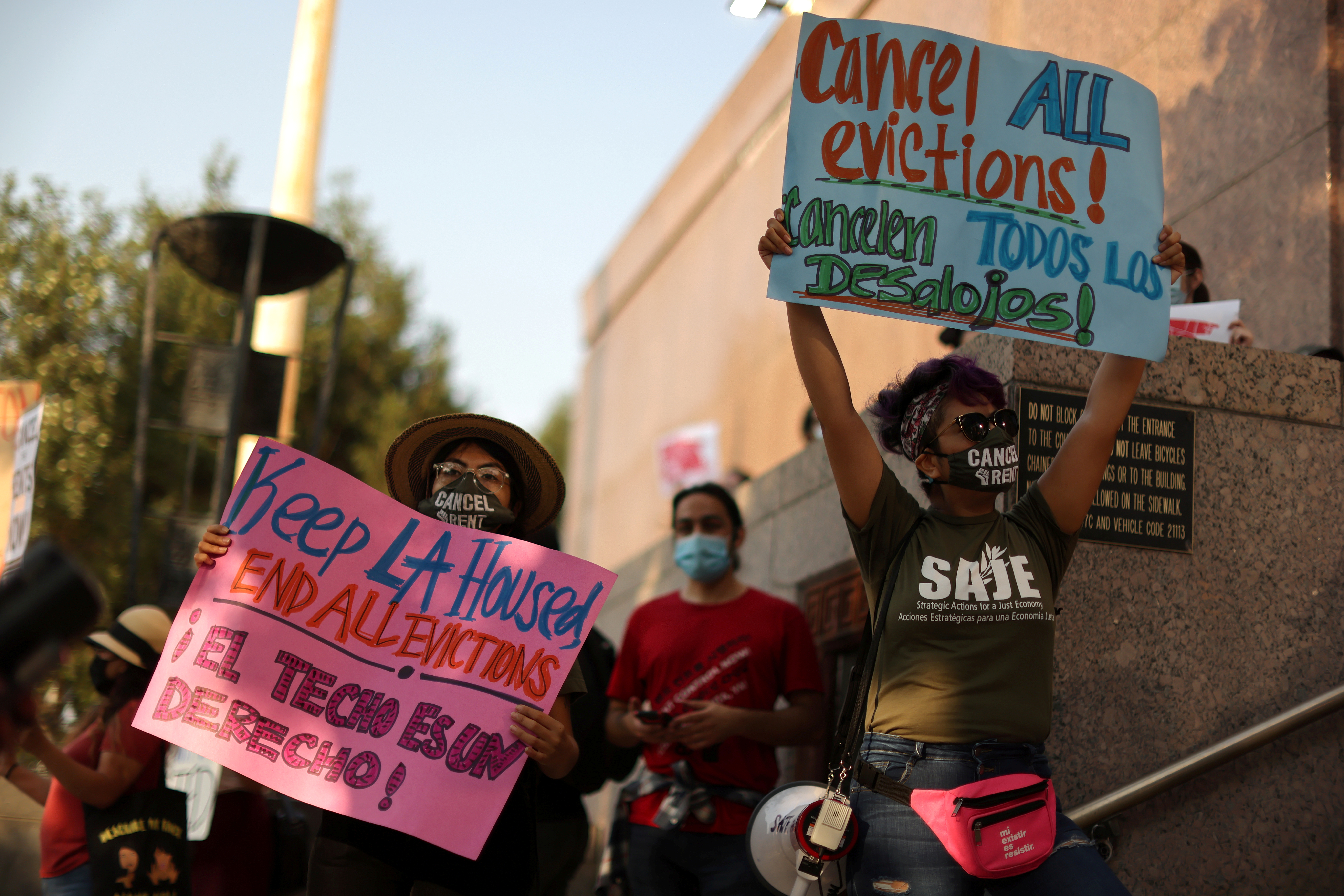 Protesters surround the LA Superior Court to prevent an upcoming wave of evictions and call on Governor Gavin Newsom to pass an eviction moratorium, amid the global outbreak of coronavirus disease (COVID-19), in Los Angeles, California, U.S., August 21, 2020.  REUTERS/Lucy Nicholson