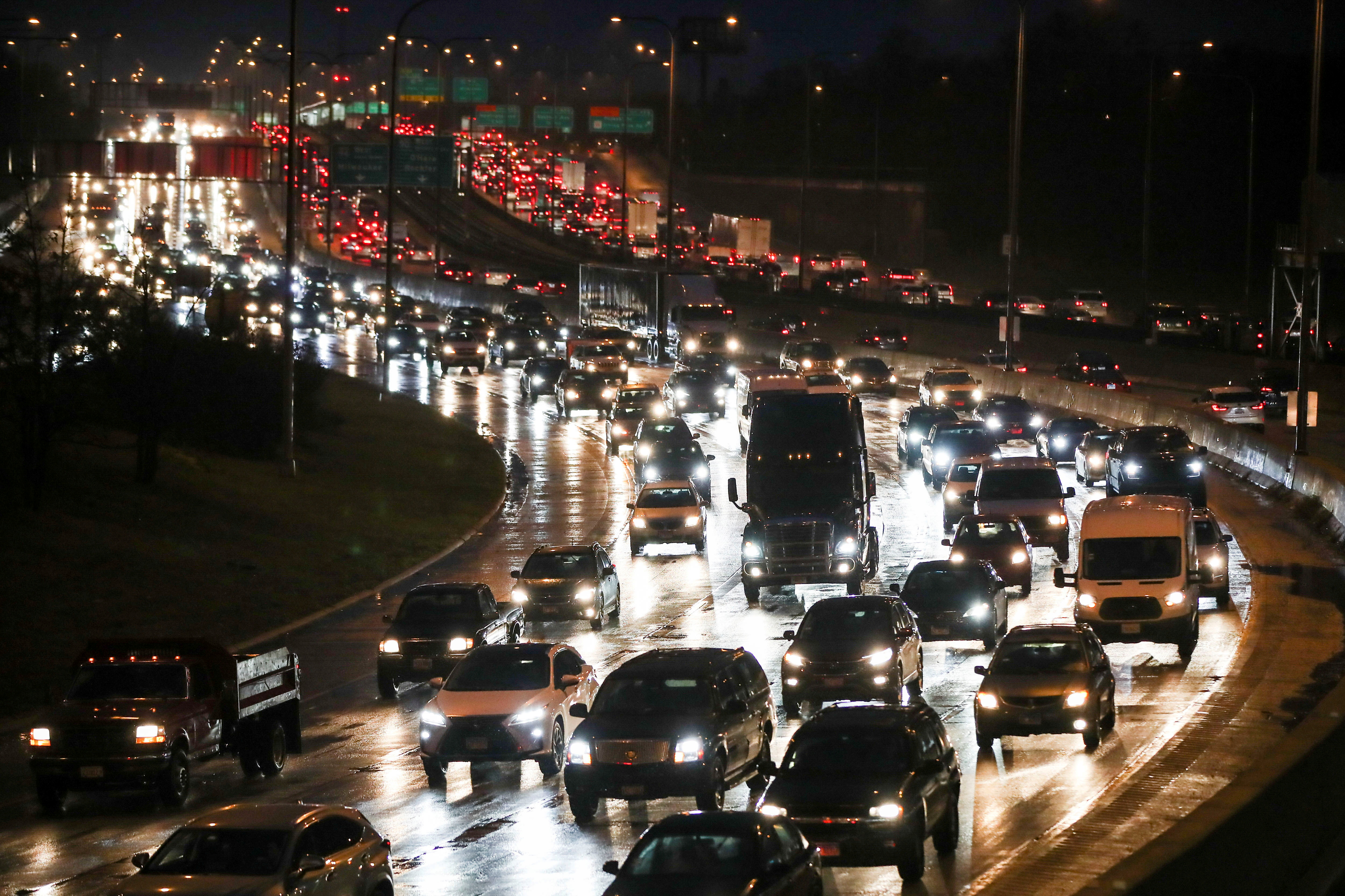Travellers take to the roads ahead of the Thanksgiving holiday during the coronavirus disease (COVID-19) outbreak, in Chicago, Illinois, U.S. November 24, 2020. REUTERS/Kamil Krzaczynski