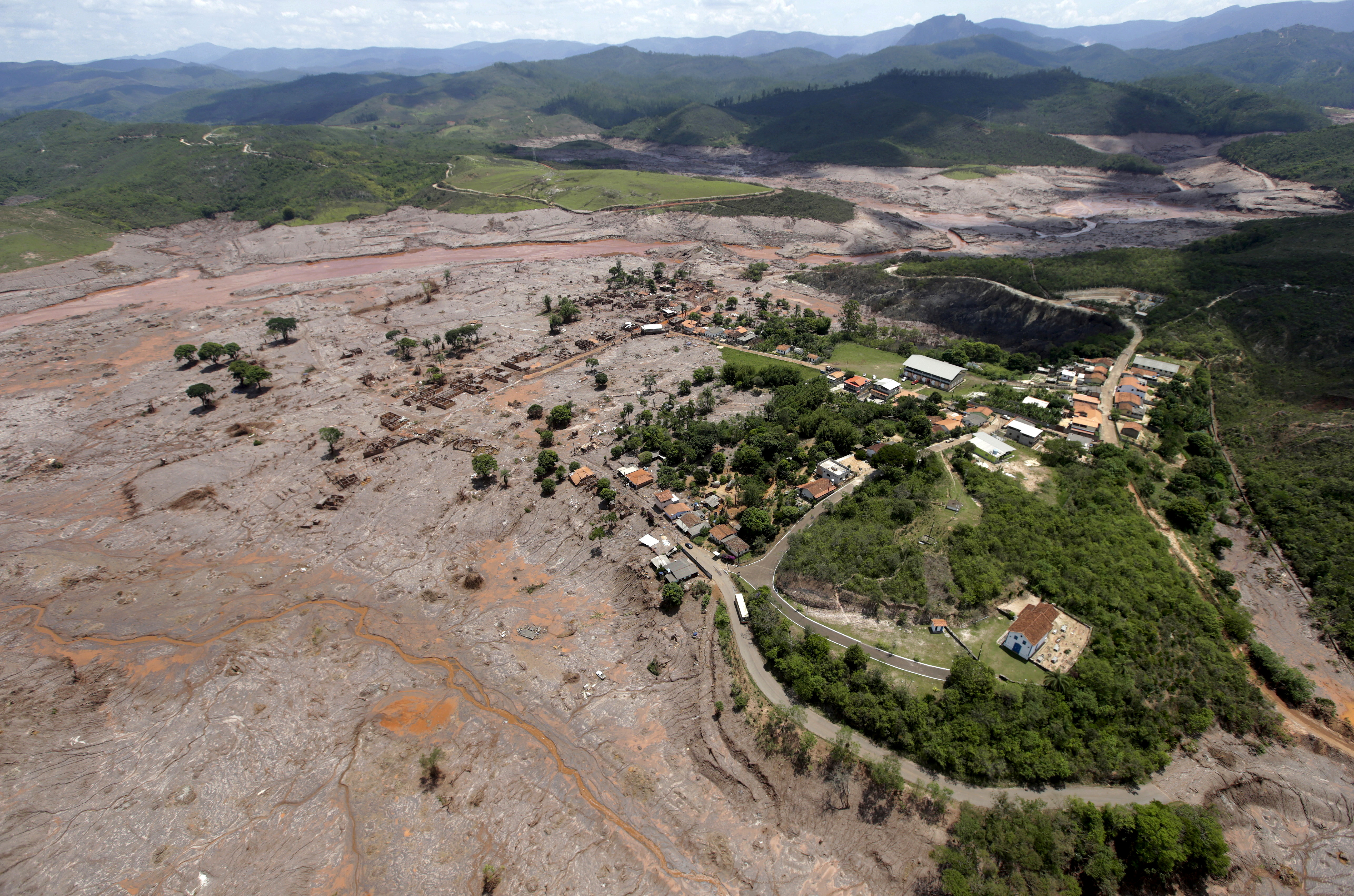 A general view of Bento Rodigues district which was covered with mud after a dam owned by Vale SA and BHP Billiton Ltd burst, in Mariana, Brazil, November 10, 2015.REUTERS/Ricardo Moraes/File Photo
