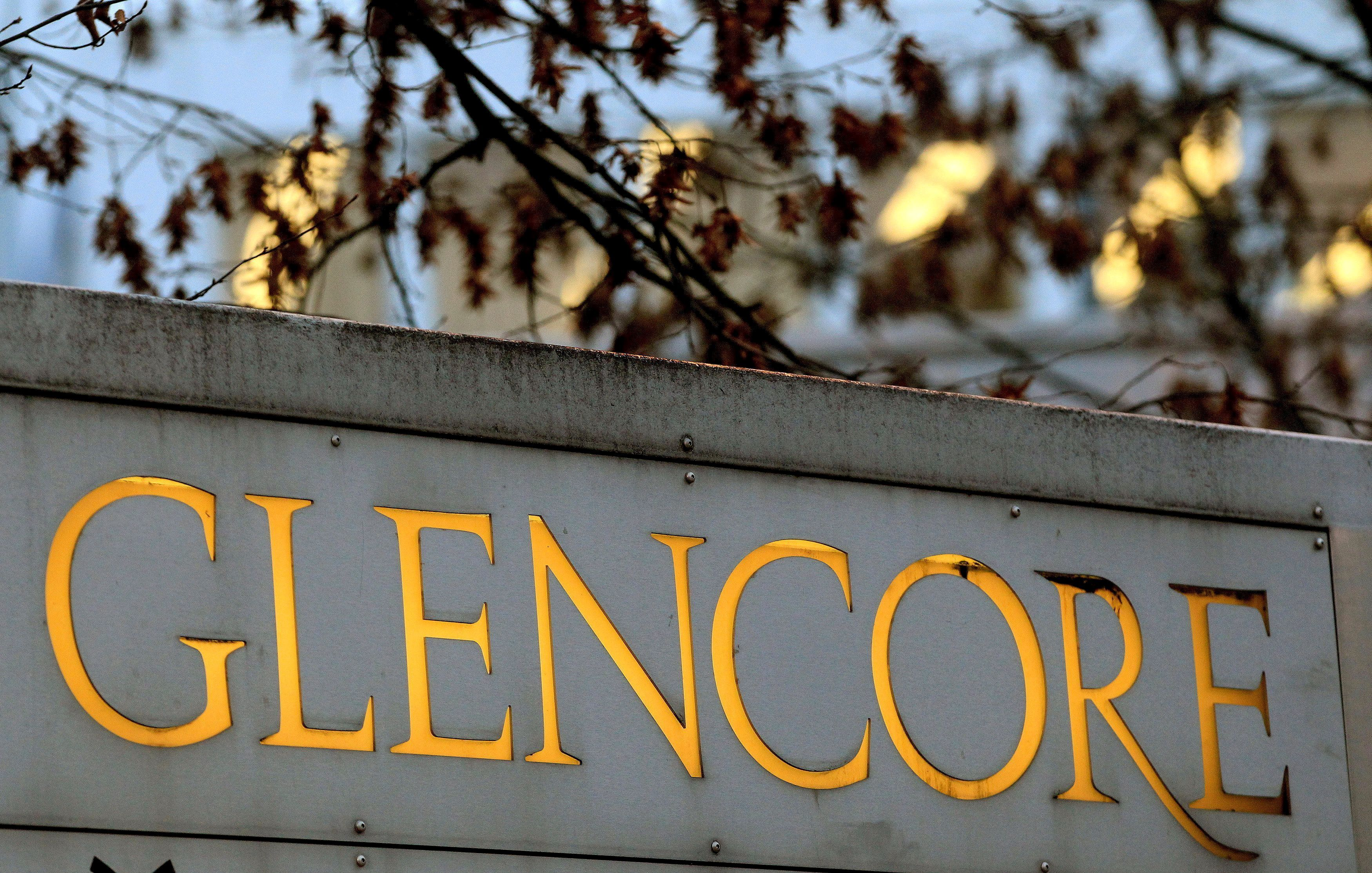 The logo of commodities trader Glencore is pictured in front of the company's headquarters in Baar, Switzerland, November 20, 2012.   REUTERS/Arnd Wiegmann