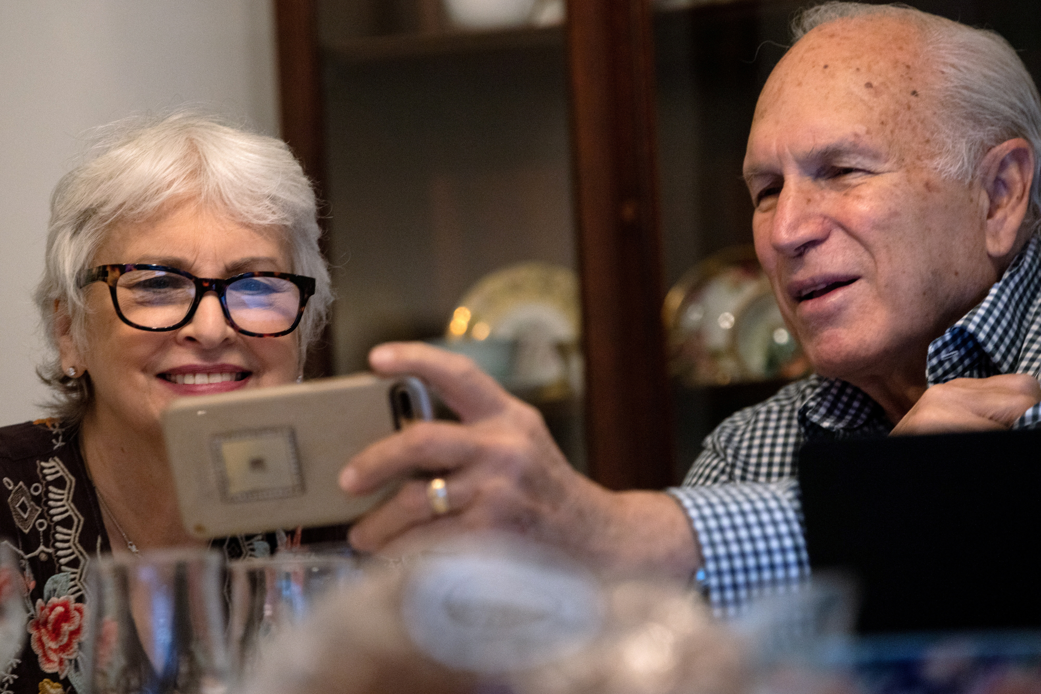 Janis and Uri Segal celebrate Thanksgiving with a virtual zoom with their family before a small dinner together as they try to prevent the spread of coronavirus disease (COVID-19) in Detroit, Michigan, U.S., November 26, 2020.  REUTERS/Emily Elconin/File Photo