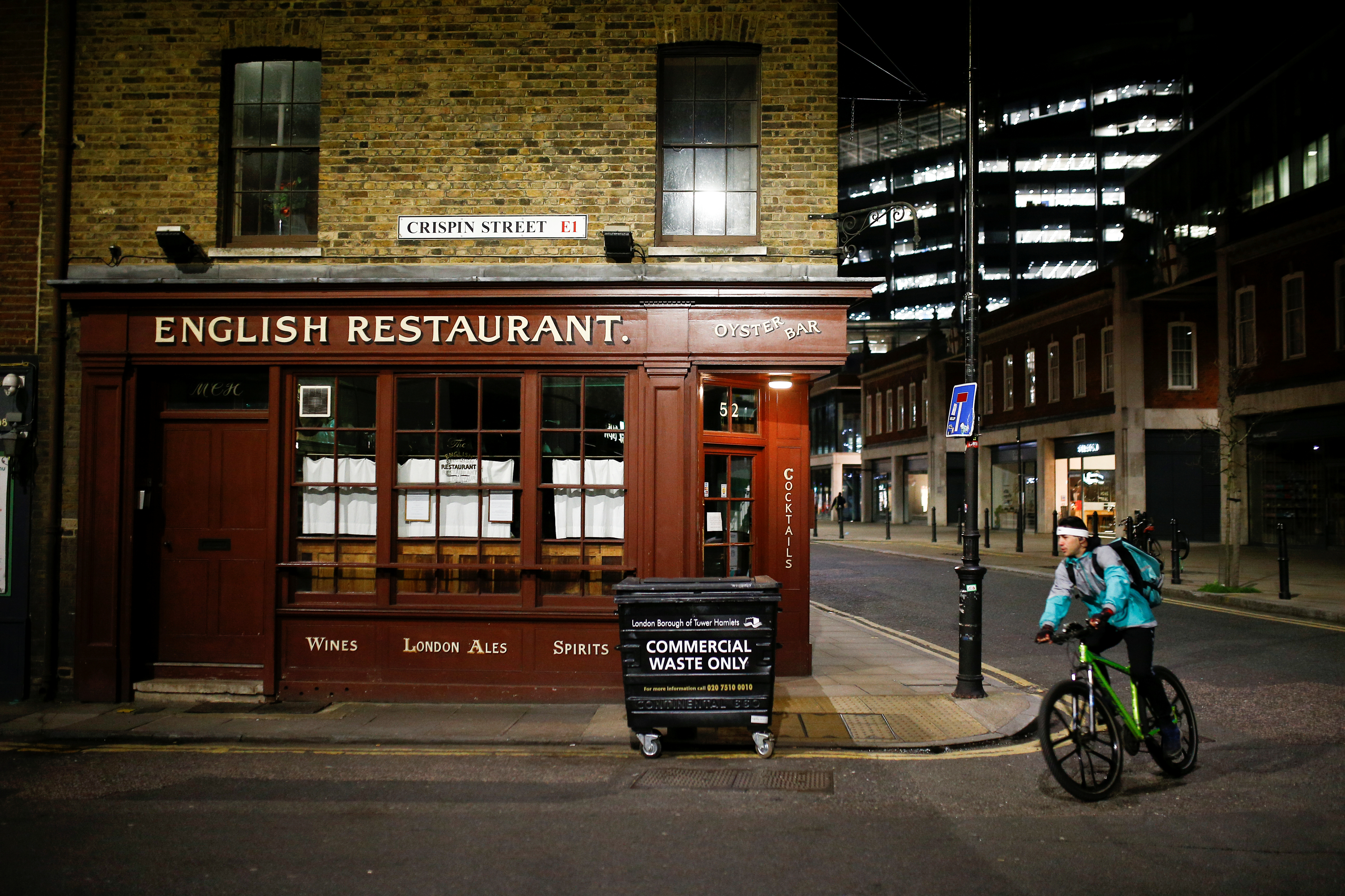 A food delivery man cycles past a closed restaurant, on the day Prime Minister Boris Johnson ordered all restaurants to close in response to the number of the coronavirus disease (COVID-19) cases continuing to grow, in London, Britain, March 20, 2020. REUTERS/Henry Nicholls