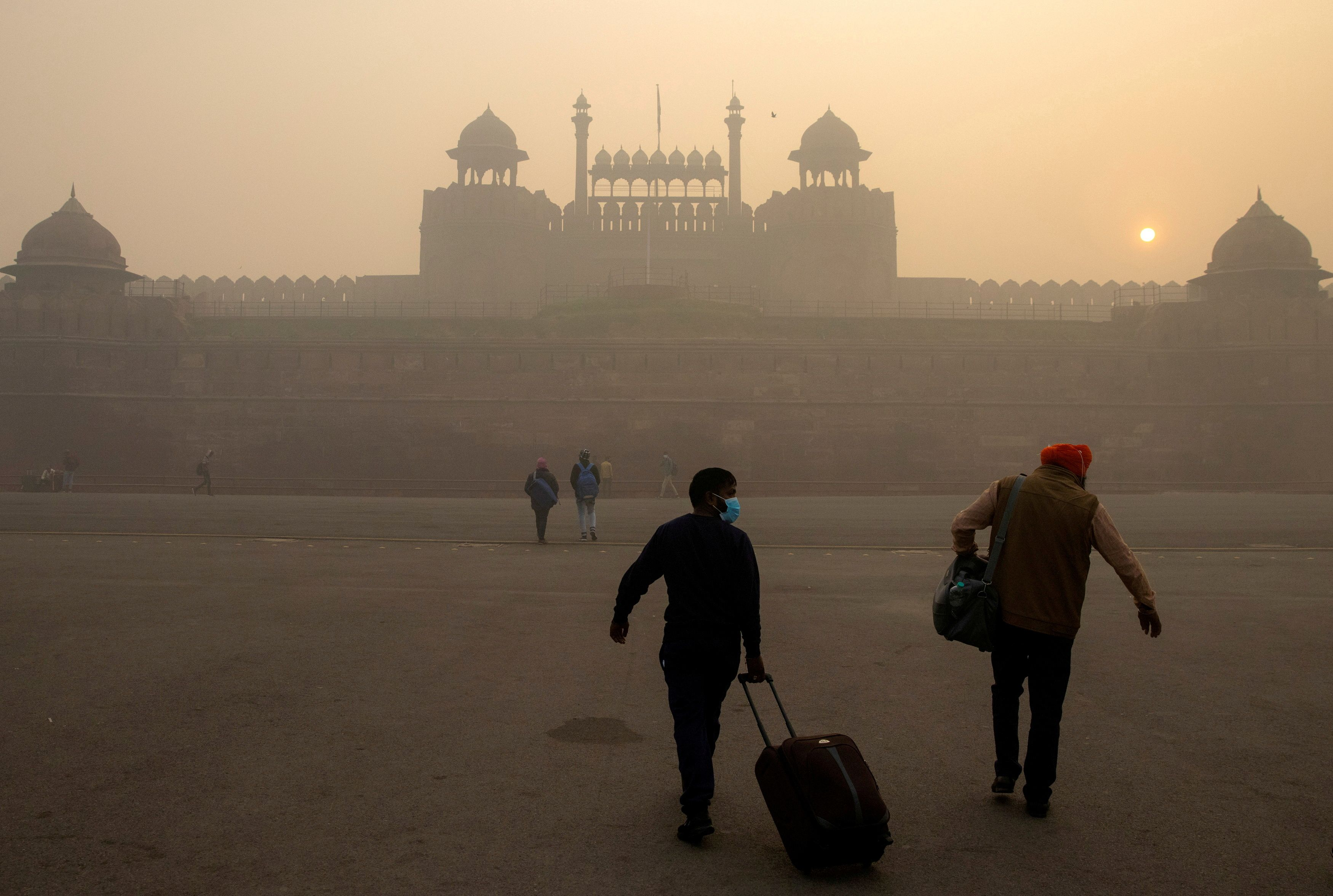 People arrive to visit the Red Fort on a smoggy morning in the old quarters of Delhi, India, November 10, 2020. REUTERS/Danish Siddiqui