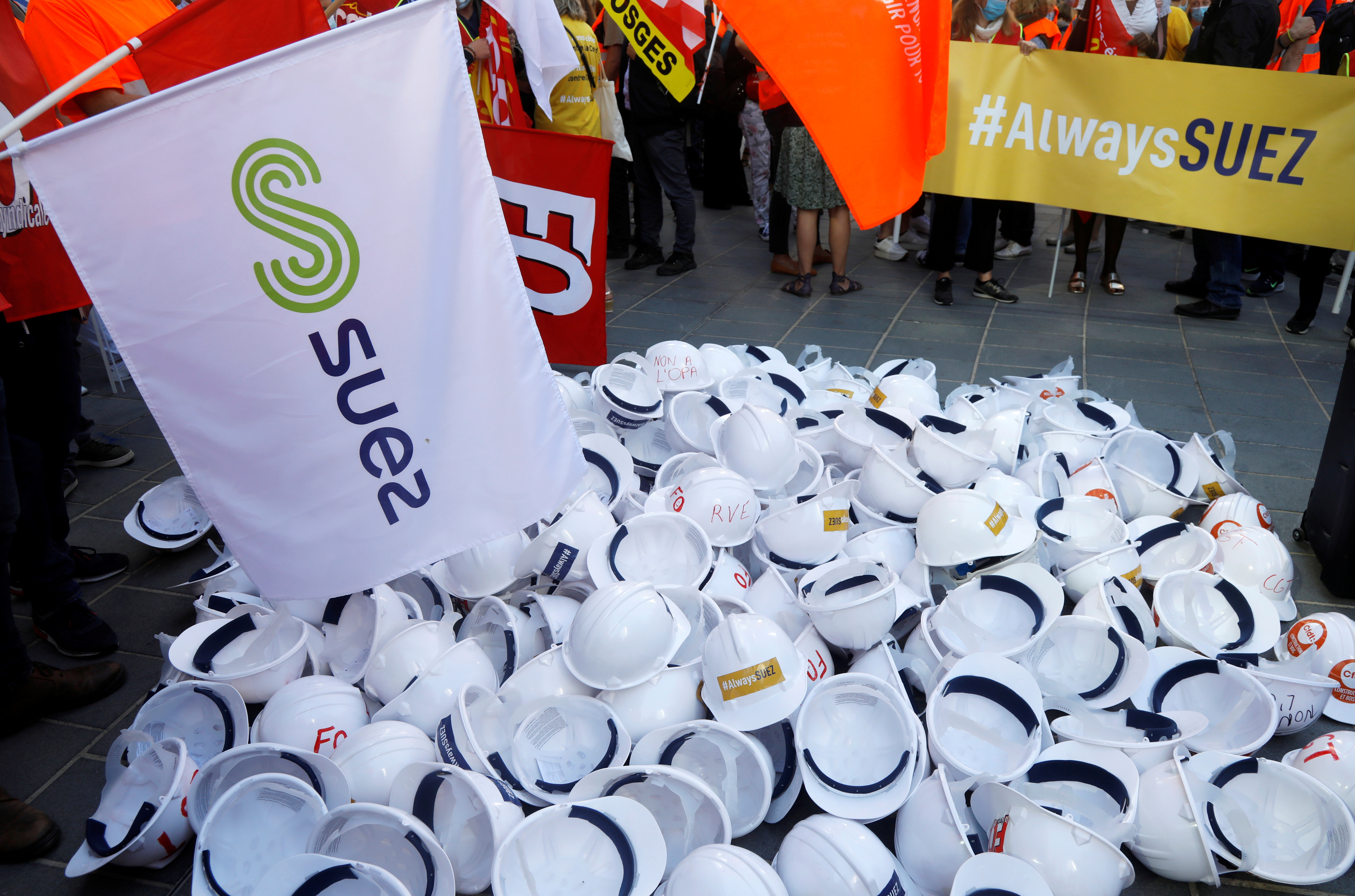 Employees of Suez demonstrate in front of Engie headquarters at La Defense business and financial district in Courbevoie near Paris, France, September 22, 2020. REUTERS/Charles Platiau