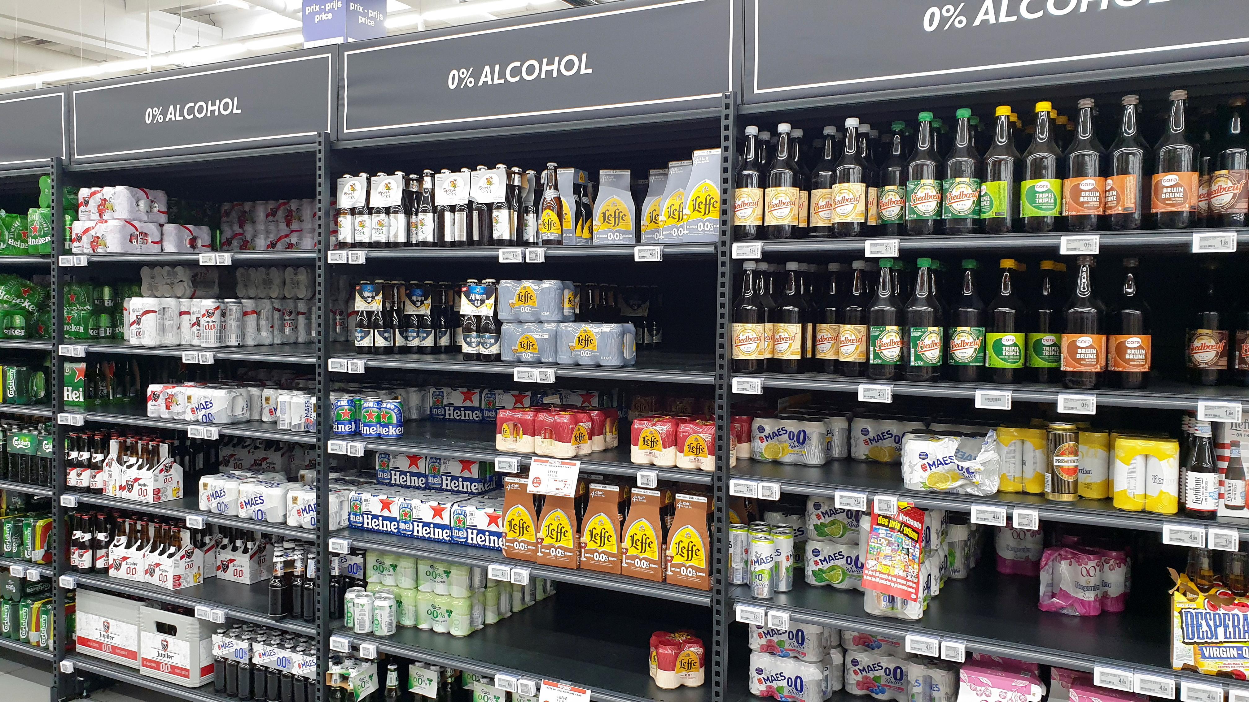 Стелажі з безалкогольним пивом можна побачити в супермаркеті в Брюсселі, Бельгія, 19 червня 2021 року. REUTERS / Філіп Бленкінсоп