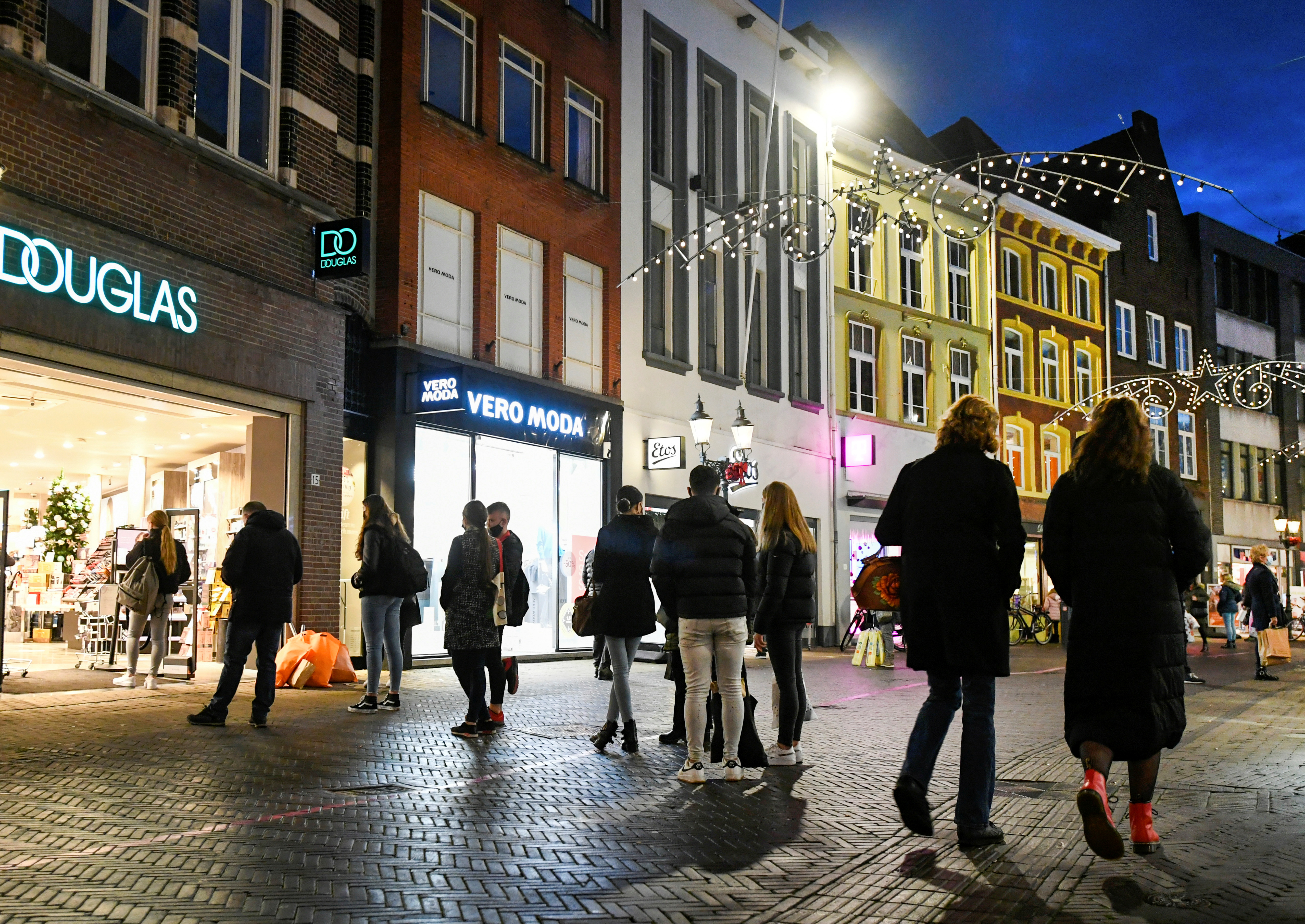 People do their last Christmas shopping before The Netherlands will go into a tough second lockdown, amid the coronavirus disease (COVID-19) outbreak, in the city centre of Venlo, Netherlands December 14, 2020. REUTERS/Piroschka van de Wouw