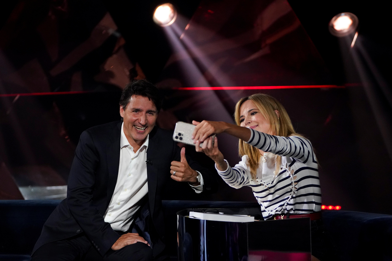 Canada's Liberal Prime Minister Justin Trudeau talks with host Julie Snyder as he takes part in the TV show 'La Semaine des 4 Julie' in Varennes, Quebec, Canada September 15, 2021. Sean Kilpatrick/Pool via REUTERS