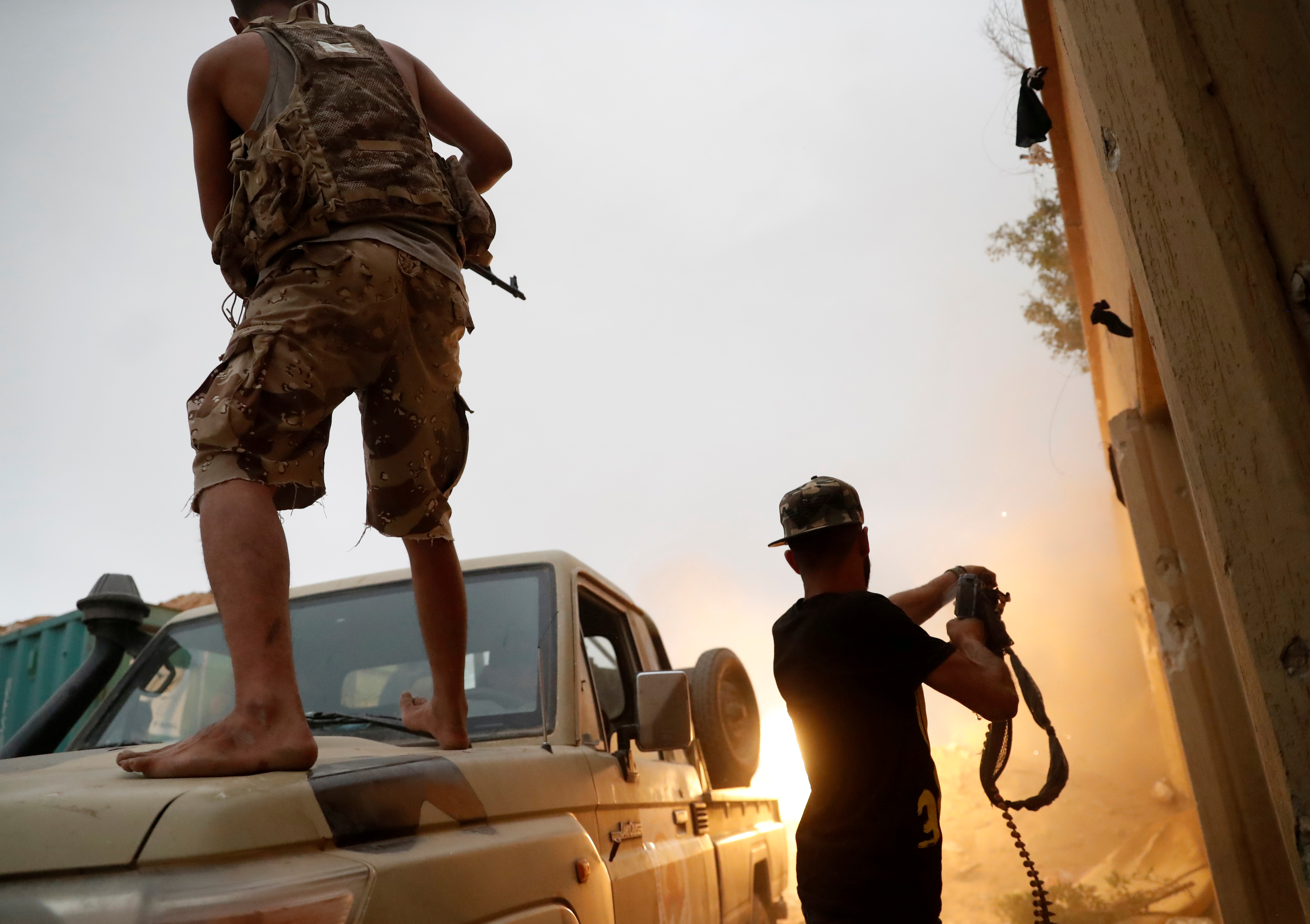 Fighters loyal to Libya's U.N.-backed government (GNA) fire guns during clashes with forces loyal to Khalifa Haftar on the outskirts of Tripoli, Libya May 25, 2019. REUTERS/Goran Tomasevic/File Photo