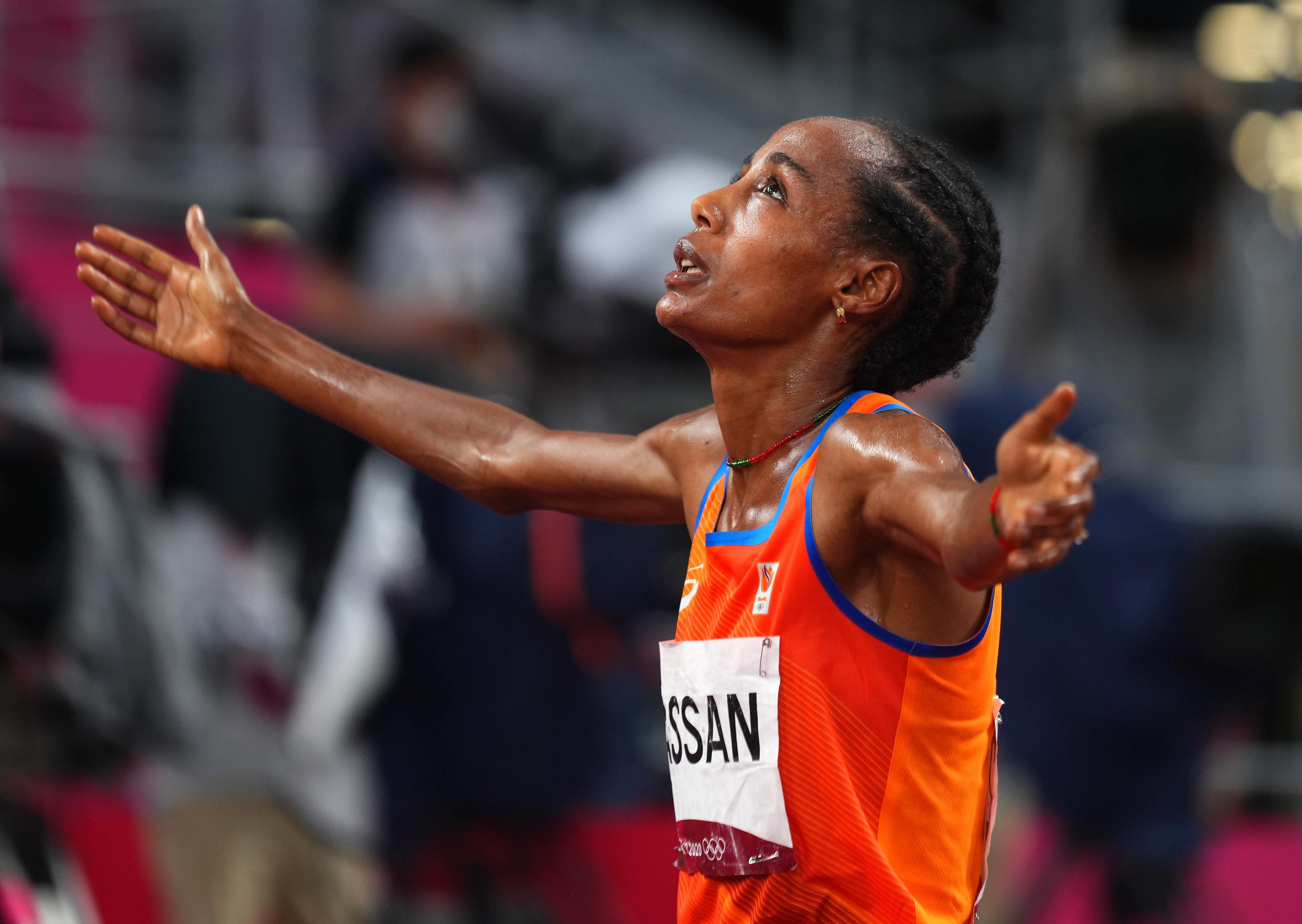 Tokyo 2020 Olympics - Athletics - Women's 5000m - Final - Olympic Stadium, Tokyo, Japan - August 2, 2021. Sifan Hassan of the Netherlands celebrates winning the gold medal REUTERS/Aleksandra Szmigiel