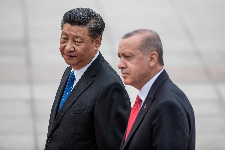 Türkiye Cumhurbaşkanı Recep Tayyip Erdoğan ve Çin Devlet Başkanı Xi Jinping, 2019'da Çin'in 2 başkenti Pekin'deki Büyük Halk Salonu'nda karşılama bölümünden ayrıldı.  REUTERS aracılığıyla Roman Pilipey/Havuz