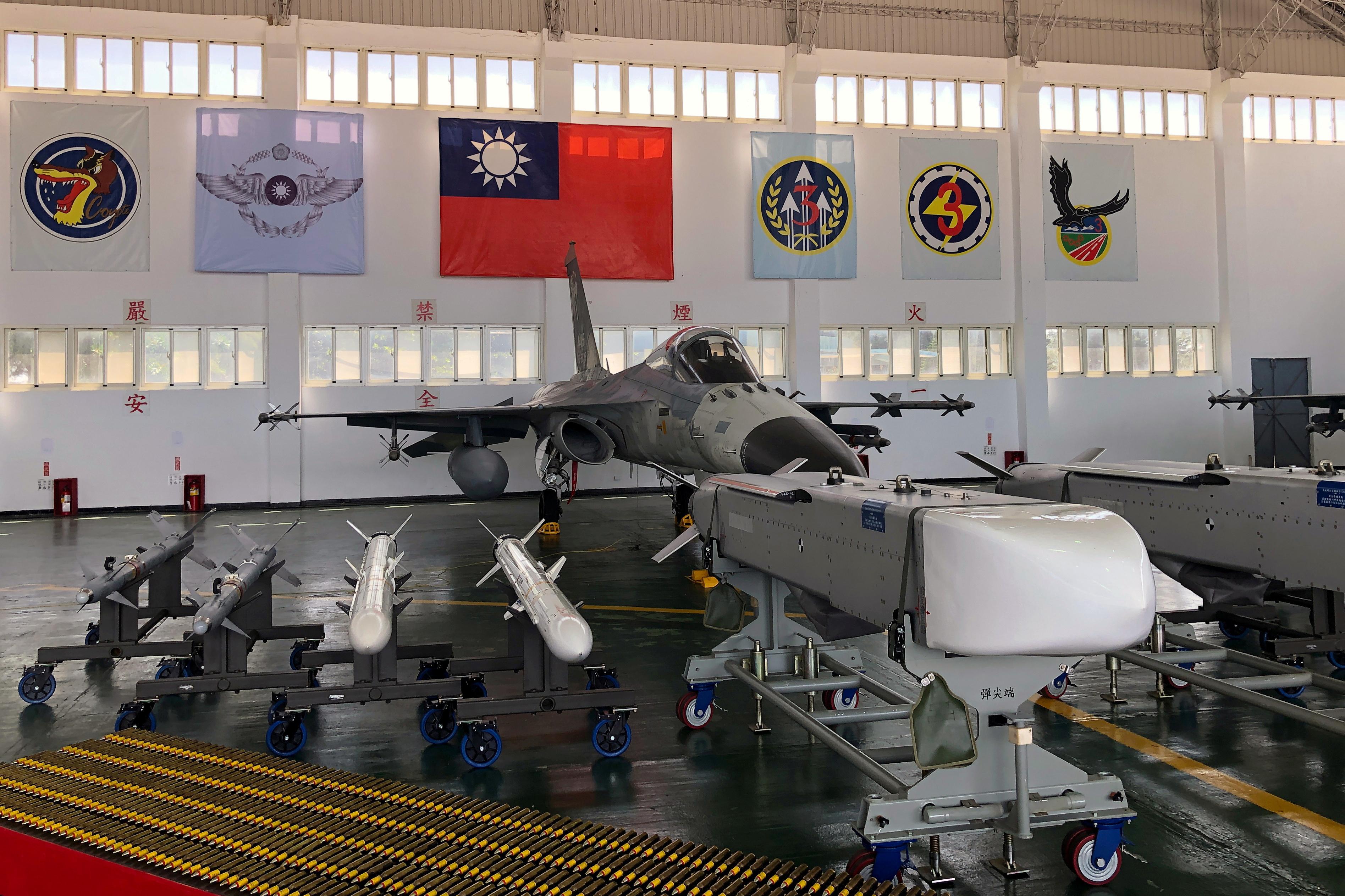 En urbane stråle og missiler for urfolksforsvar (IDF) blir sett på Makung Air Force Base på Taiwans offshore-øy Penghu, 22. september 2020. REUTERS / Yimou Lee