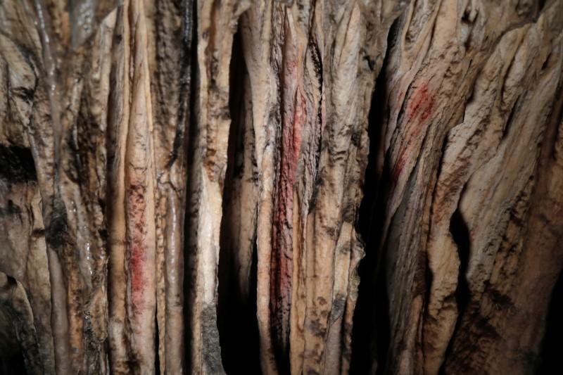 Mae marciau ocr coch a baentiwyd ar stalagmites gan Neanderthaliaid tua 65,000 o flynyddoedd yn ôl, yn ôl astudiaeth ryngwladol, i'w gweld mewn ogof gynhanesyddol yn Ardales, de Sbaen, Awst 7, 2021. REUTERS / Jon Nazca