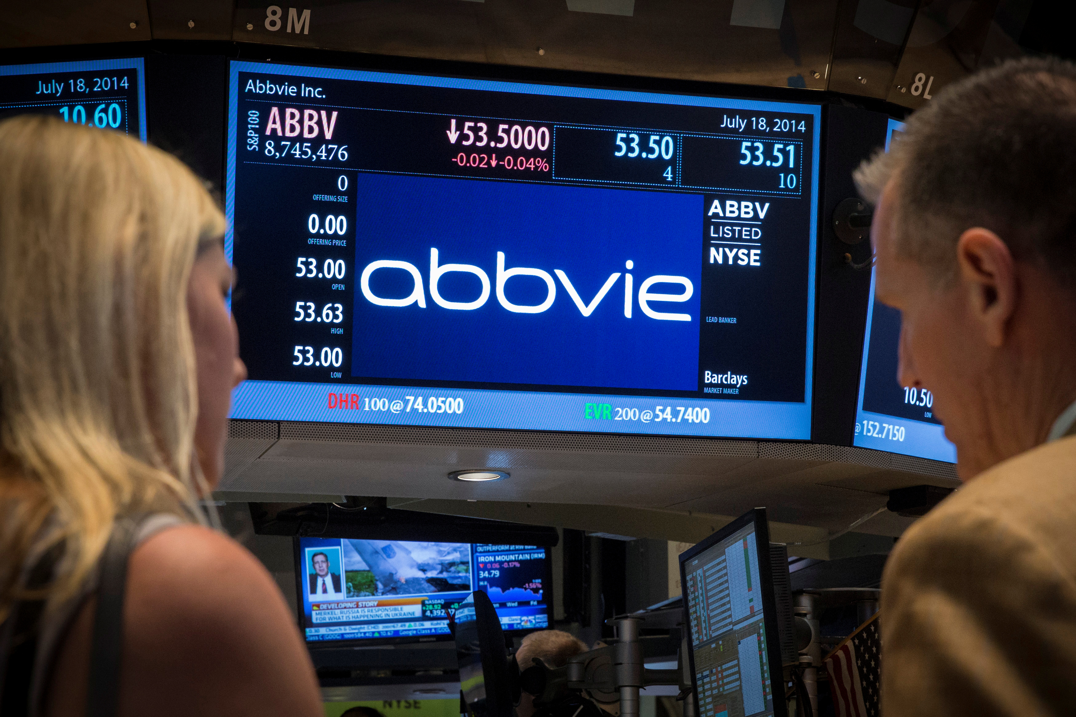 A screen displays the share price for drugmaker AbbVie on the floor of the New York Stock Exchange July 18, 2014.  REUTERS/Brendan McDermid/File Photo