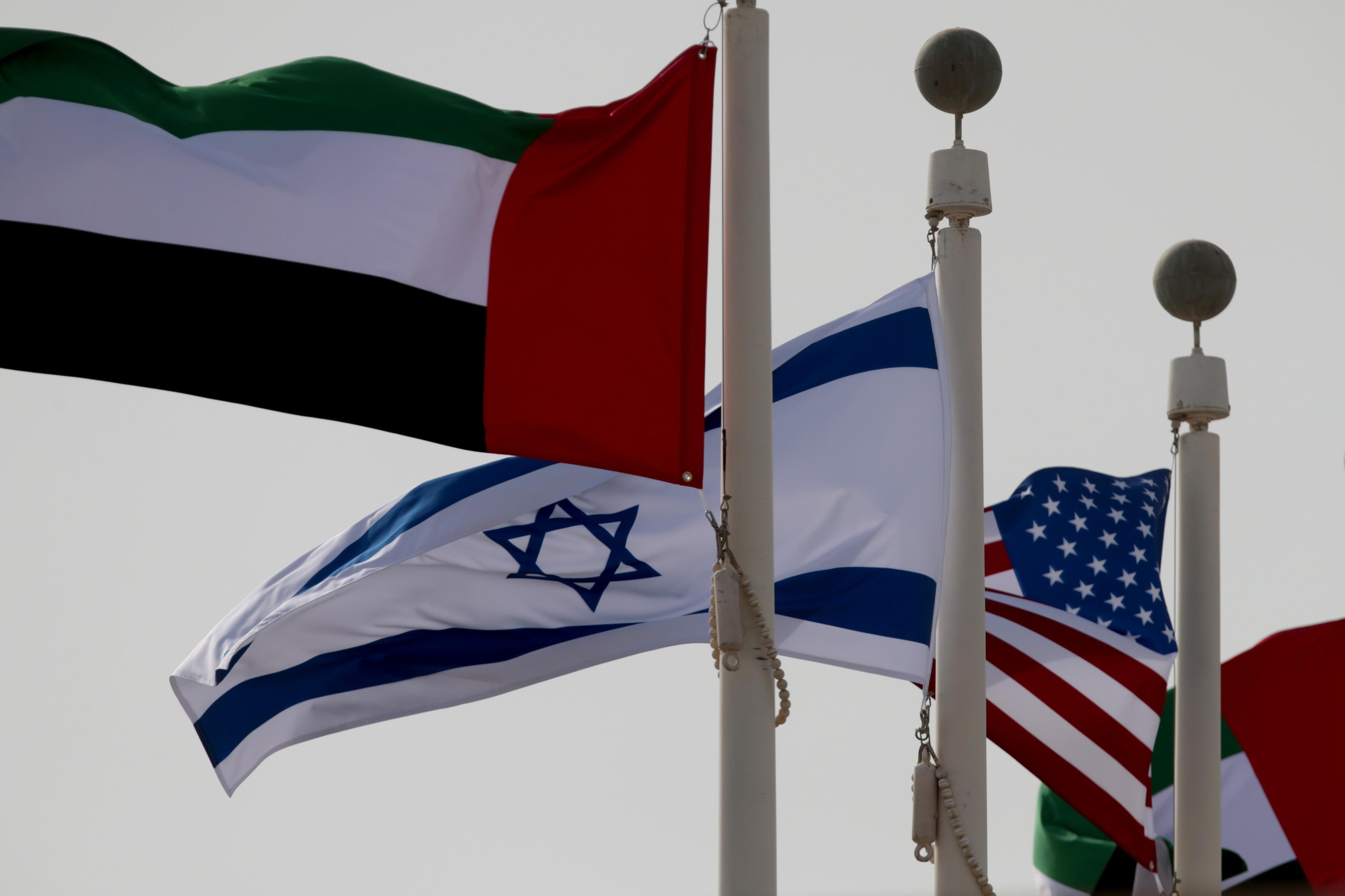 UEA, Israel dan Amerika serta bendera berkibar saat kedatangan delegasi Israel dan AS di Bandara Internasional Abu Dhabi, di Abu Dhabi, Uni Emirat Arab 31 Agustus 2020. REUTERS / Christopher Pike