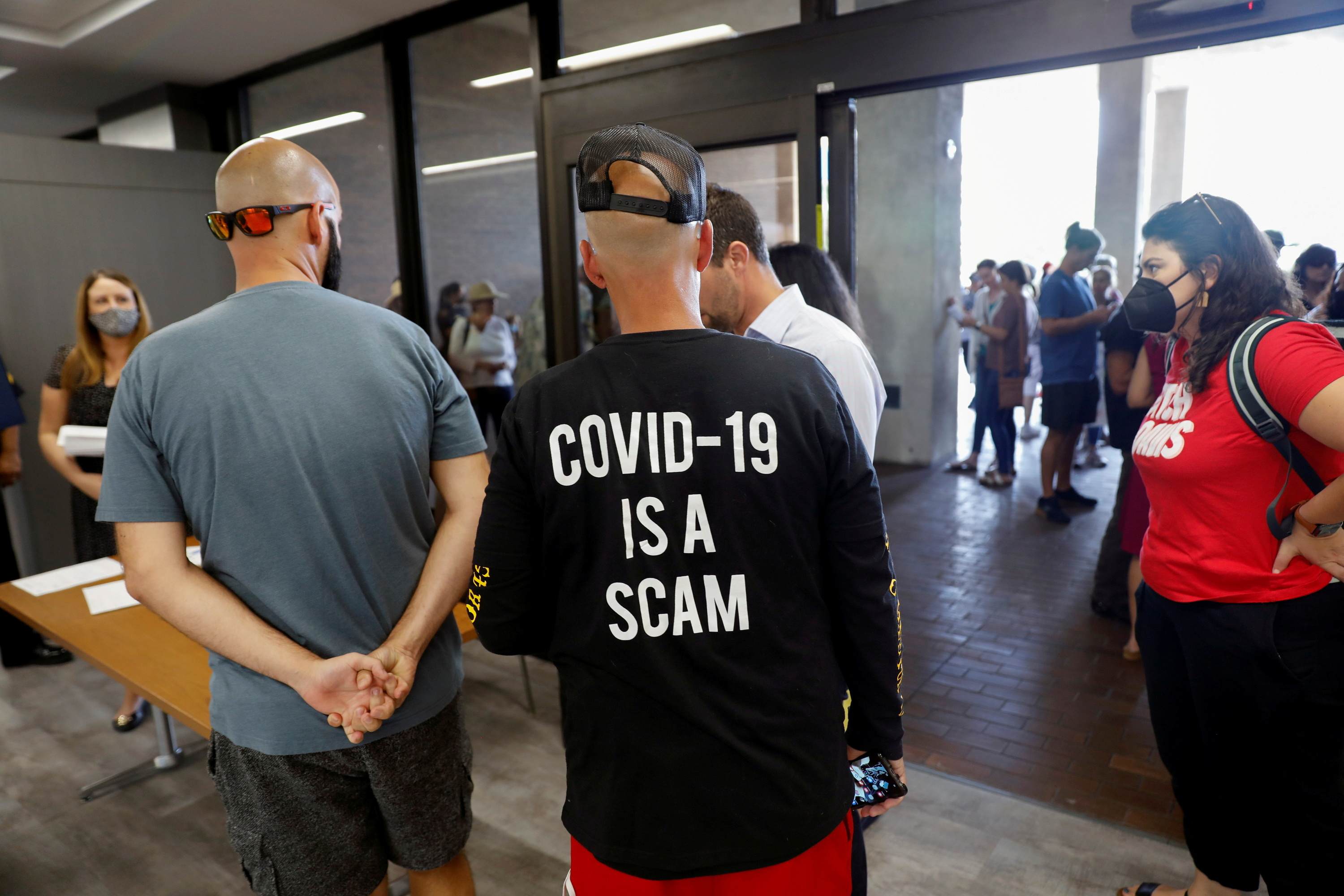 People protest against the school mask mandate, enacted to help slow the spread of COVID-19, outside a Hillsborough County School Board meeting in Tampa, Florida, U.S. May 18, 2021.  REUTERS/Octavio Jones/File Photo
