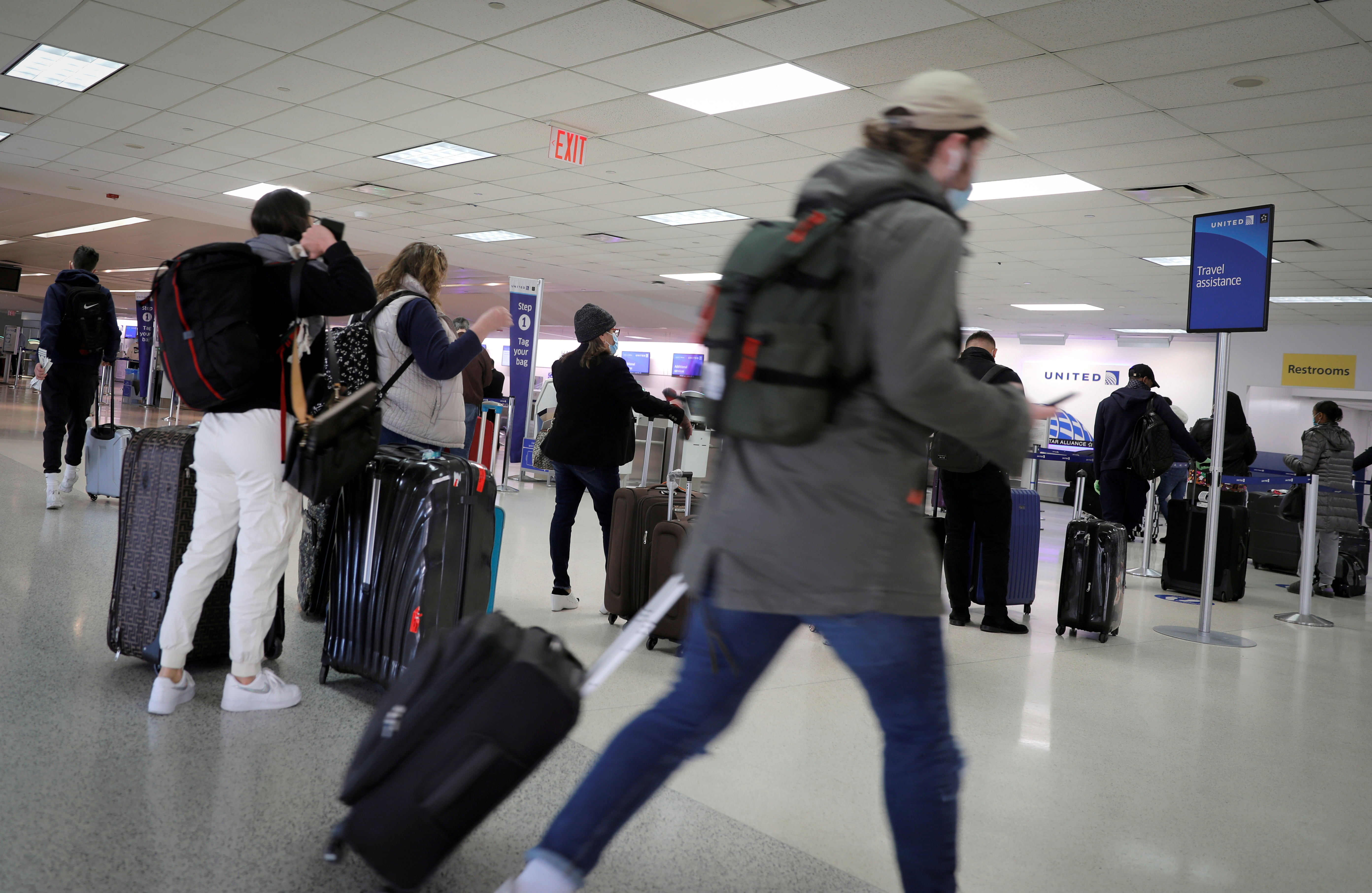 Travelers pack a United Airlines check-in area ahead of the Thanksgiving holiday at Newark International Airport in Newark, New Jersey, U.S., November 25, 2020. REUTERS/Mike Segar/File Photo