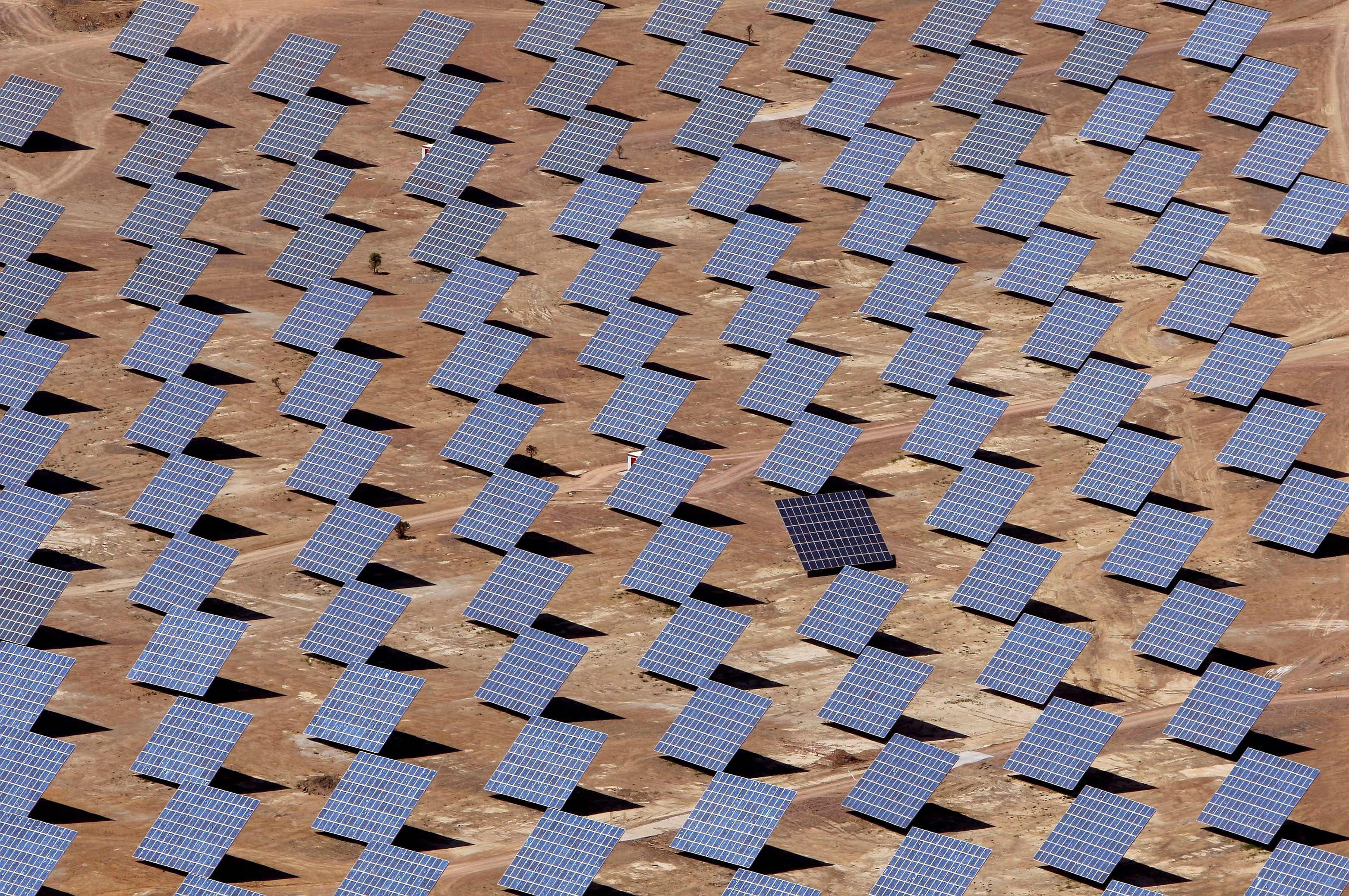 Solar panels are seen at a power plant in Amareleja, southern Portugal, May 1, 2008. REUTERS/Jose Manuel Ribeiro (PORTUGAL)/File Photo