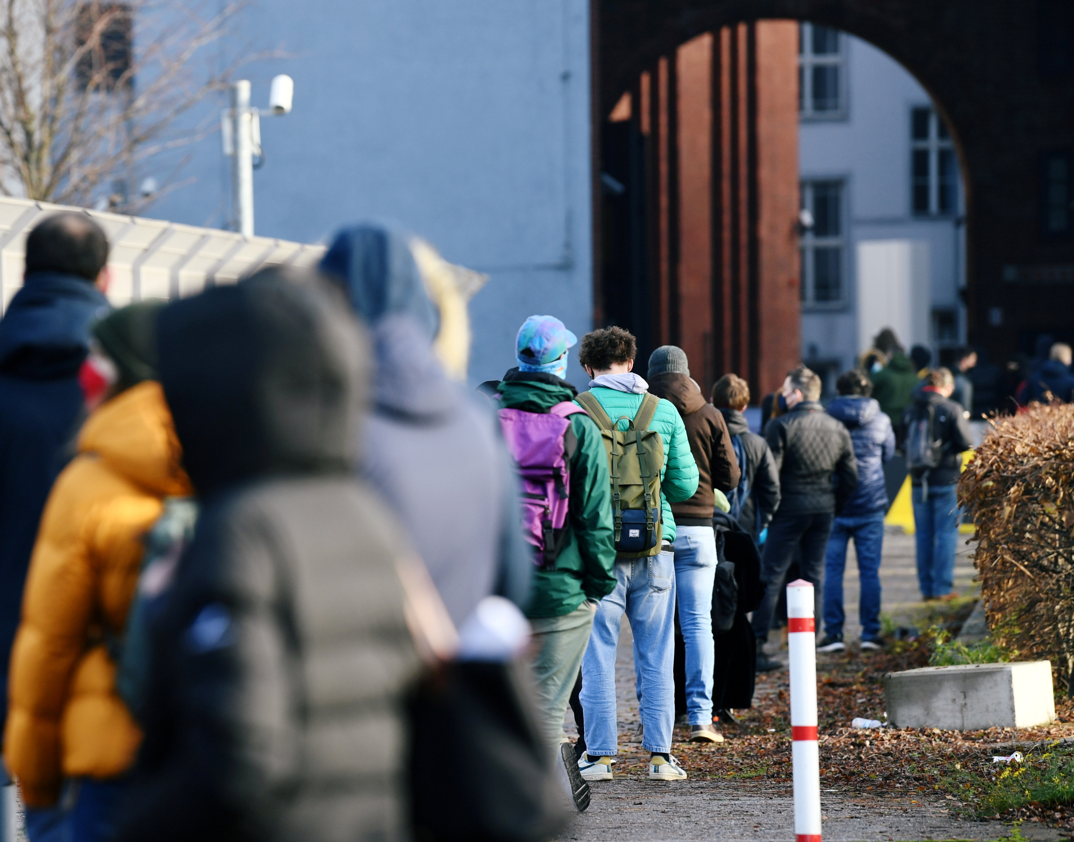 People queue at a walk-in COVID-19 testing centre at Wilhelmstrasse, amid the coronavirus disease (COVID-19) pandemic, in Berlin, Germany December 18, 2020.  REUTERS/Annegret Hilse/File Photo