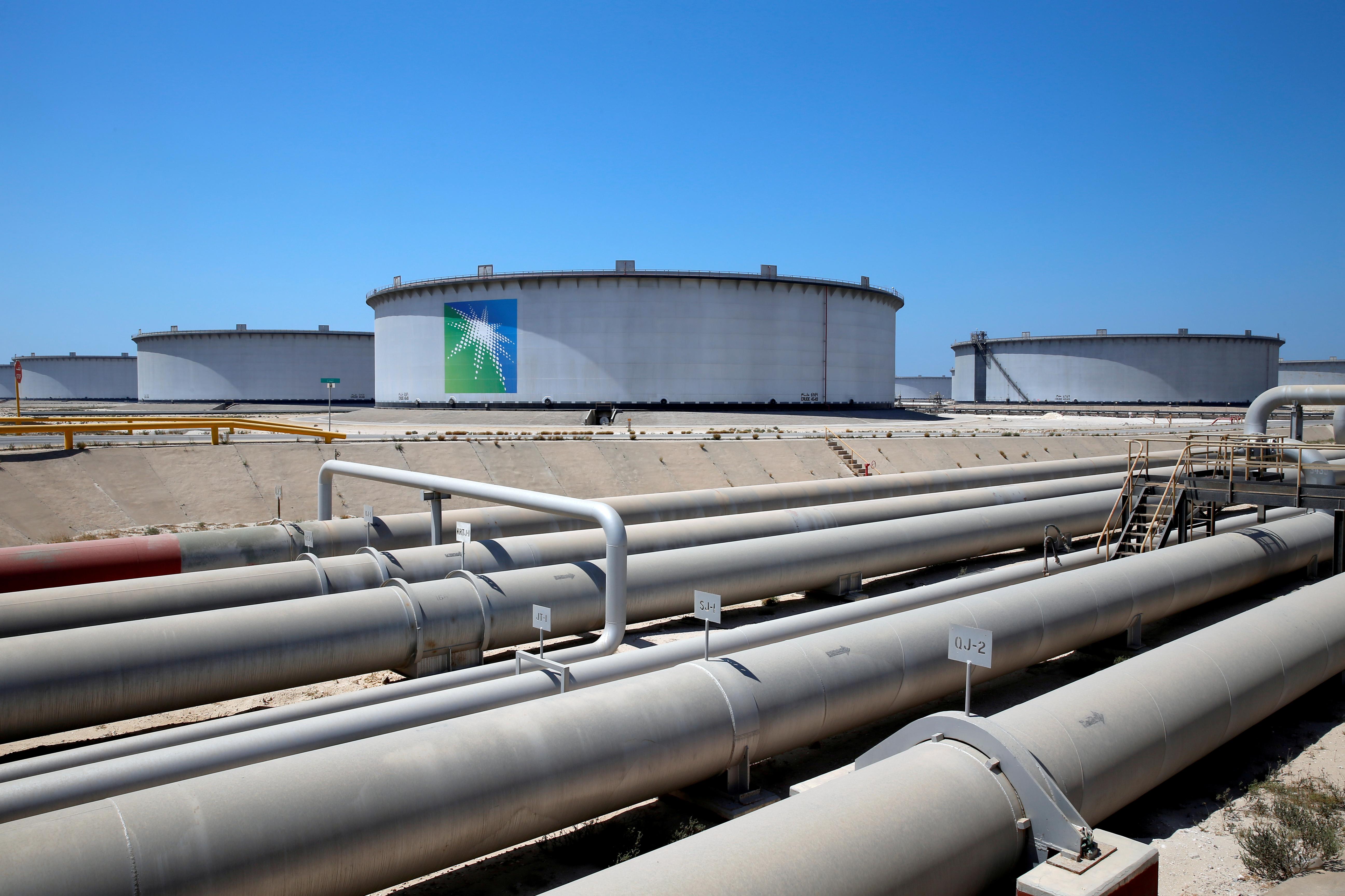 General view of Aramco tanks and oil pipe at Saudi Aramco's Ras Tanura oil refinery and oil terminal in Saudi Arabia May 21, 2018. REUTERS/Ahmed Jadallah/File Photo