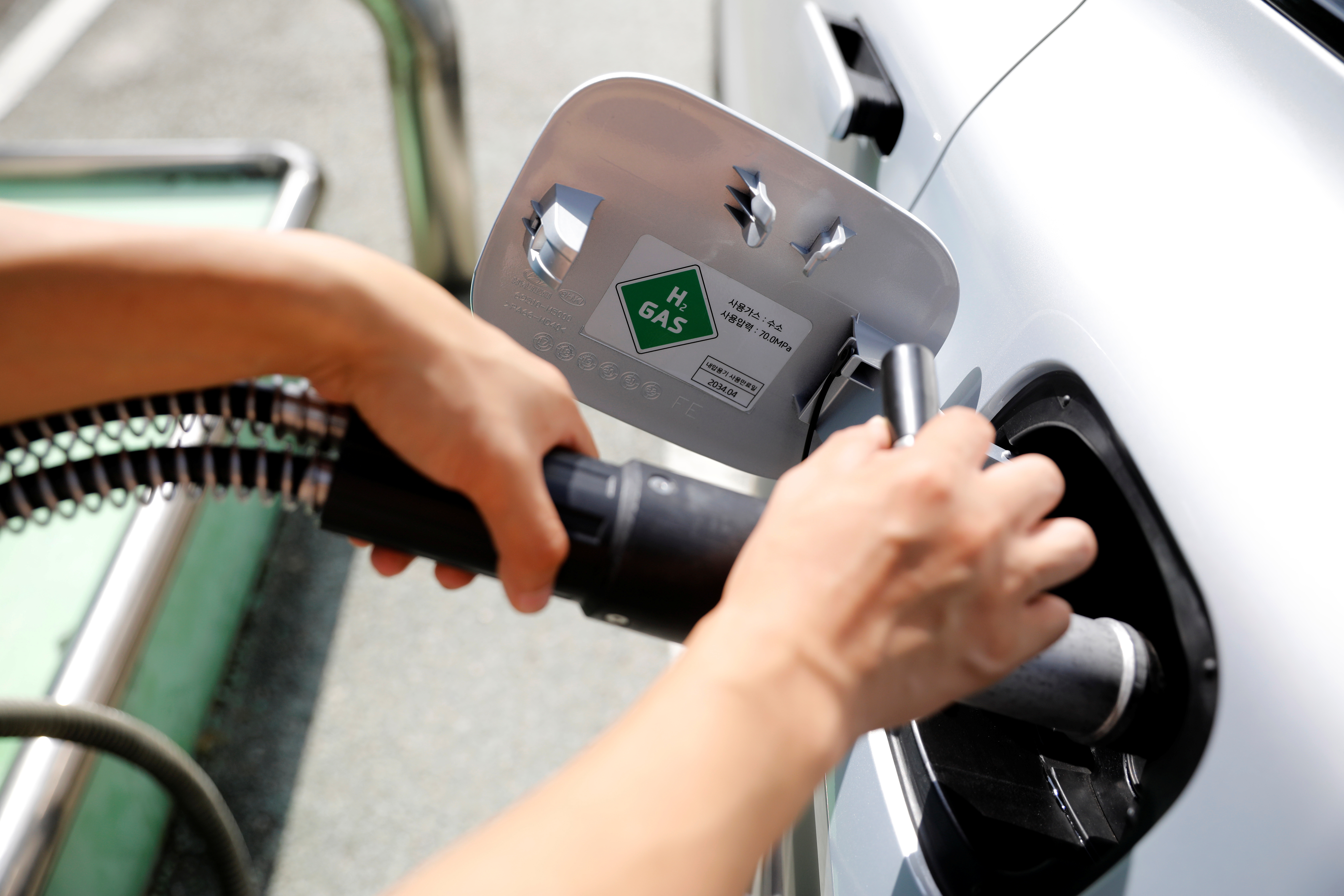 An employee fuels hydrogen to a Hyundai Motor's Nexo hydrogen car at a hydrogen station in Seoul, South Korea, August 13, 2019. Picture taken August 13, 2019.    REUTERS/Kim Hong-Ji - RC138EA497F0