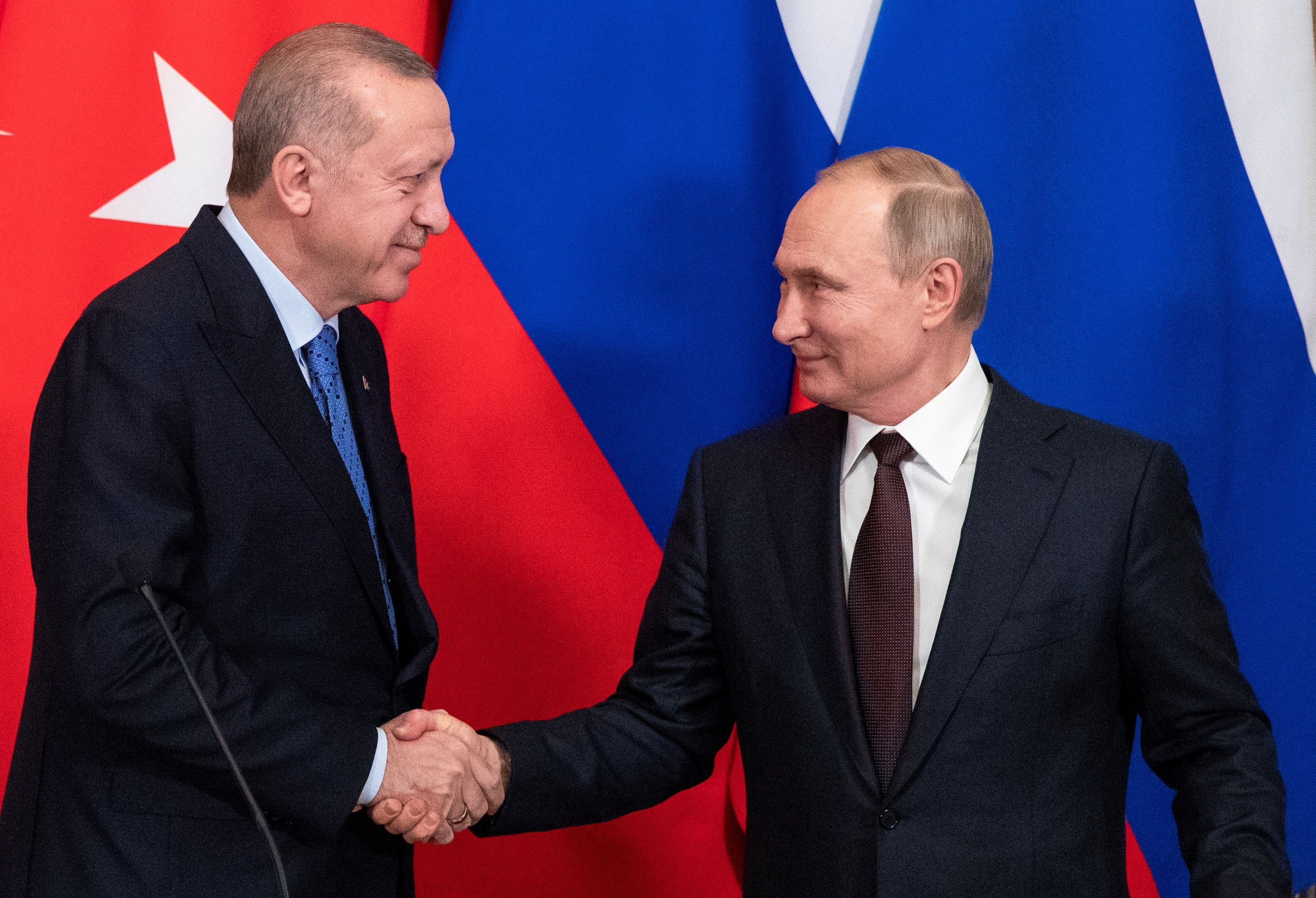 Russian President Vladimir Putin and Turkish President Tayyip Erdogan shake hands during a news conference following their talks in Moscow, Russia March 5, 2020. Pavel Golovkin/Pool via REUTERS